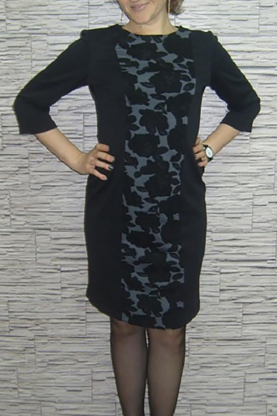 ПлатьеПлатья<br>Нарядное женское платье футляр с округлой линией горловины. Рукава 3/4. Цвет: черный, серый.  Рост девушки-фотомодели 170 см<br><br>Горловина: С- горловина<br>По длине: До колена<br>По материалу: Трикотаж<br>По рисунку: Цветные,Растительные мотивы,С принтом,Цветочные<br>По сезону: Весна,Осень,Зима<br>По силуэту: Приталенные<br>По форме: Платье - футляр<br>Рукав: Рукав три четверти<br>По стилю: Повседневный стиль<br>Размер : 46,48,50<br>Материал: Трикотаж<br>Количество в наличии: 3