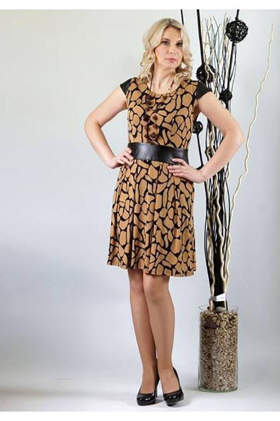 ПлатьеПлатья<br>Стильное и модное трикотажное платье отрезное по линии талии с вшитым поясом из эко-кожи шириной 7,5 см. Эта модель должна присутствовать в гардеробе каждой модницы Лиф переда с нагрудной вытачкой из среза низа. Лиф спинки цельный, без отличительных особенностей. Горловина округлая. Юбка спереди и сзади  имеет по 4  складки, направленные к центру. Рукав-крылышко втачной без нижних участков под проймой. Длина рукава 7,5 см. Рукава и пояс выполнены из эко-кожи. Платье выполнено с потайной молнией в левом боковом шве.  Длина изделия: До 48 размера - 91,0 см; 50-54 размеры – 96,0 см.  Цвет: бежевый, черный  Ростовка изделия 170 см.<br><br>Горловина: С- горловина<br>По длине: До колена<br>По материалу: Трикотаж<br>По рисунку: С принтом,Цветные<br>По силуэту: Полуприталенные<br>По стилю: Повседневный стиль<br>По элементам: Со складками<br>Рукав: Короткий рукав<br>По сезону: Осень,Весна<br>Размер : 46,48,50,54<br>Материал: Трикотаж + Искусственная кожа<br>Количество в наличии: 4