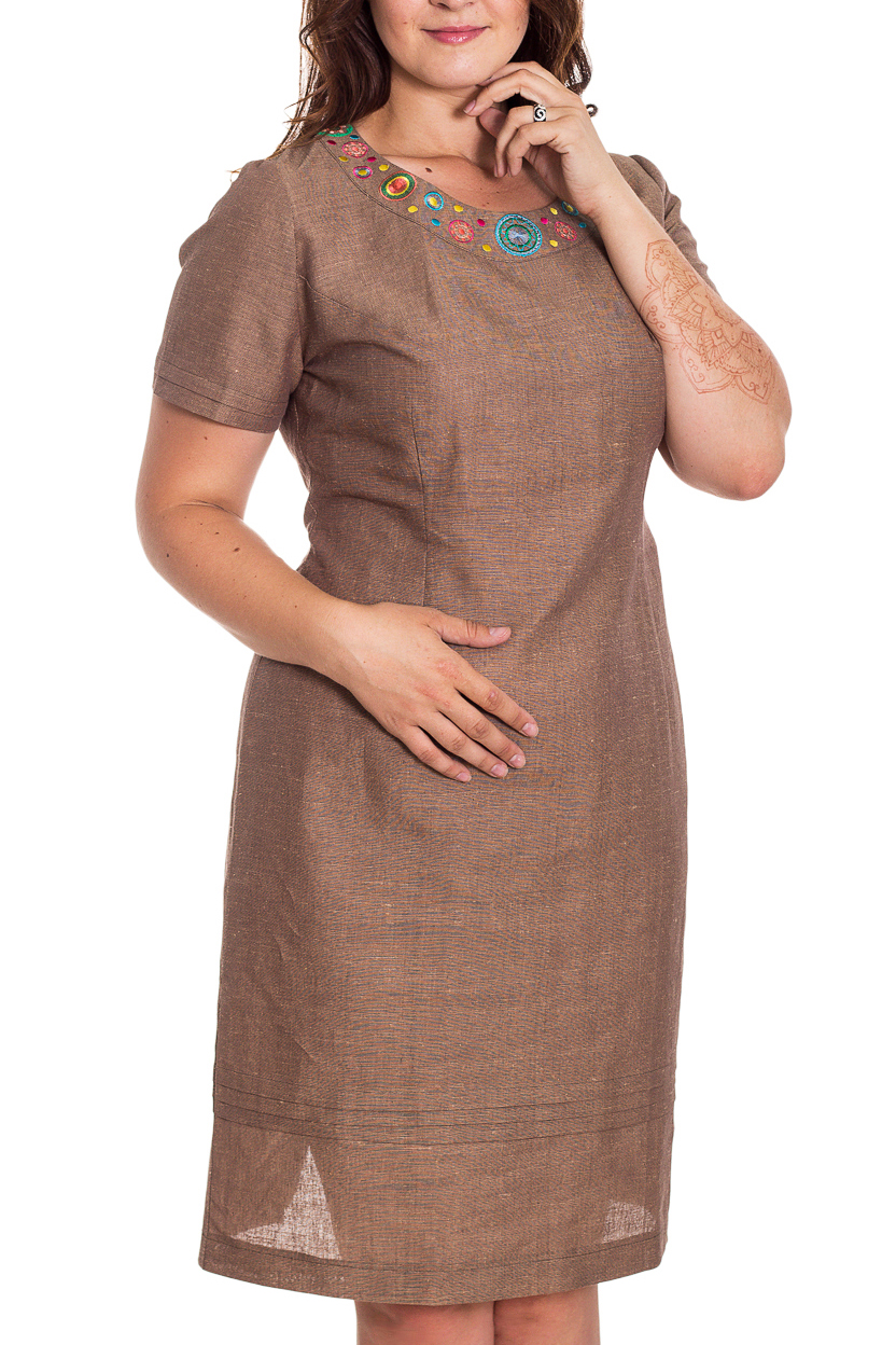 ПлатьеПлатья<br>Летнее женское платье полуприталенного силуэта. Выполнено из приятной к телу льняной ткани. Модель у горловины украшена интересным принтом.  В изделии использованы цвета: коричневый  Рост девушки-фотомодели 180 см<br><br>Горловина: С- горловина<br>По длине: До колена<br>По материалу: Лен<br>По образу: Город<br>По рисунку: Однотонные,С принтом,Цветные<br>По силуэту: Полуприталенные<br>По стилю: Летний стиль,Повседневный стиль<br>По форме: Платье - футляр<br>По элементам: С декором,С разрезом<br>Разрез: Короткий<br>Рукав: Короткий рукав<br>По сезону: Лето<br>Размер : 48,50,52,54,56,58<br>Материал: Лен<br>Количество в наличии: 4