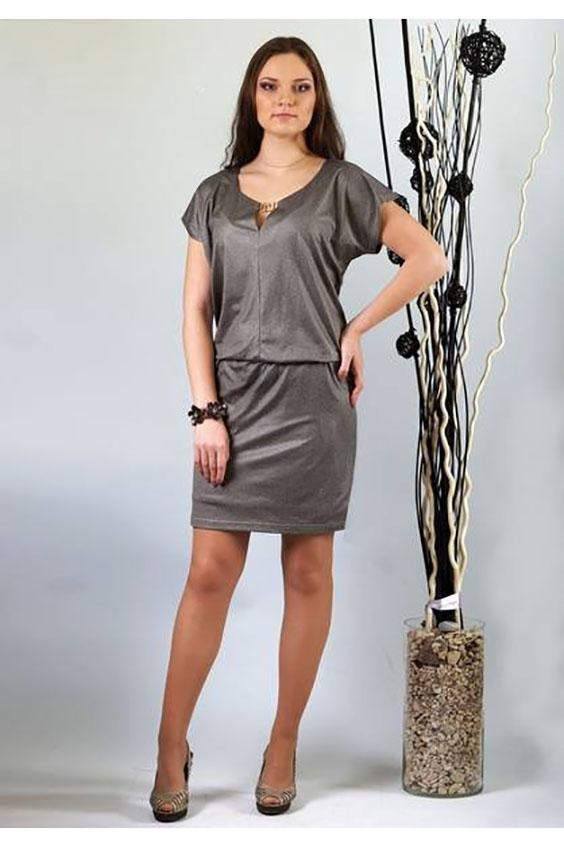 ПлатьеПлатья<br>Эта супер модель выполнена из тонкого трикотажа с рисунком под кожу. Стальной цвет платья  придает модели еще больше актуальности и креативности. Верх изделия с напуском около 6,0-8,0 см. относительно юбки. Платье «на ножке» плоского кроя со спущенным плечом отлично подойдет девушкам с пышной грудью и узкими бедрами. Полочка с центральным швом. Горловина переда округлая с небольшим треугольным вырезом, скрепленным неразъемной декоративной  металлической пряжкой. Спинка цельная, без отличительных особенностей, с округлой горловиной. Юбка по всей линии притачивания к стану собрана на узкую бельевую резинку. Юбка на подкладке. Длина подкладки короче длины основной юбки на 5 см.  Длина (с учетом длины напуска): 48 размер - 101,0 см; 50-52 размеры – 107,0 см; 54-58 размеры – 108,0 см.  Цвет: серый  Ростовка изделия 170 см.<br><br>Горловина: V- горловина<br>По длине: До колена<br>По материалу: Трикотаж<br>По рисунку: Однотонные<br>По силуэту: Полуприталенные<br>По стилю: Повседневный стиль<br>Рукав: Короткий рукав<br>По сезону: Осень,Весна<br>Размер : 48,50,52,54,56,58<br>Материал: Трикотаж<br>Количество в наличии: 6