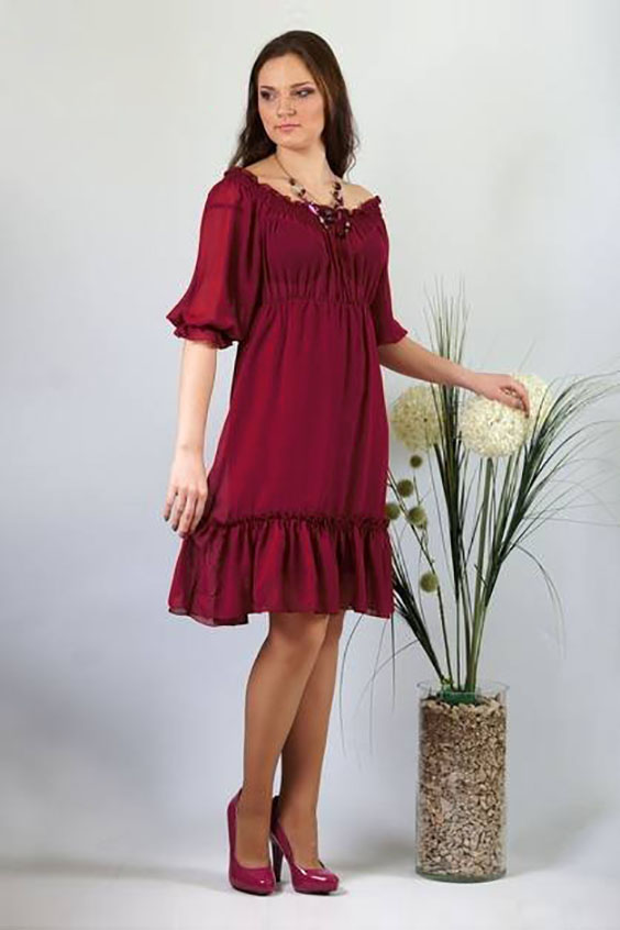 ПлатьеПлатья<br>Романтичная модель подойдет для любого торжества. Шифоновое однотонное платье отрезное под грудью, расширенного к низу силуэта. Лиф расширенный как по верхнему, так и по нижнему срезу. По верхнему срезу всего изделия проложены параллельные ряды строчки нитки-резинки с открытым внешним срезом, позволяющие носить изделие либо оголив плечи, либо закрыв их. По шву притачивания к юбке лиф равномерно присобран. Рукава широкие, длиной до локтя, покроя реглан. По нижнему срезу рукава проложена строчка нитки-резинки, образующая небольшую оборку. Юбка расширенная к низу с настроченным присборенным прямоугольным воланом. Ширина волана 20,0 см. Юбка на подкладке. Длина подкладки короче обшей длины платья на 17,5 см.  Длина изделия: До 48 размера - 90,0 см; 50 размер - 94,0 см; 52-58 размеры – 97,0 см.   Цвет: бордовый  Ростовка изделия 170 см.<br><br>Горловина: Лодочка<br>По длине: До колена<br>По материалу: Тканевые<br>По рисунку: Однотонные<br>По силуэту: Свободные<br>По стилю: Повседневный стиль<br>По форме: Платье - трапеция<br>По элементам: С воланами и рюшами<br>Рукав: Рукав три четверти<br>По сезону: Осень,Весна<br>Размер : 46,50,58<br>Материал: Шифон<br>Количество в наличии: 3