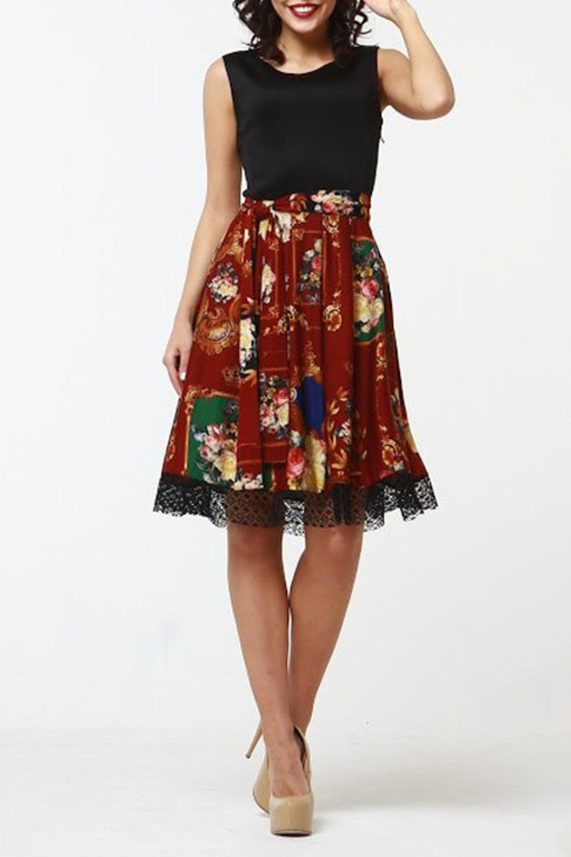 ПлатьеПлатья<br>Комбинированное платье приталенного силуэта, отрезное по линии талии, юбка со складками из джерси с набивным рисунком, по низу юбки - ажурная сетка. Верх платья выполнен из хлопка с  эластаном, что позволяет выгодно подчеркнуть силуэт, пышная юбка добавляет очарования. Платье без пояса.  Длина изделия от 90 см до 96 см, в зависимости от размера.  В изделии использованы цвета: черный, бордовый и др.  Рост девушки-фотомодели 176 см<br><br>Горловина: С- горловина<br>По длине: До колена<br>По материалу: Гипюр,Трикотаж<br>По рисунку: Растительные мотивы,С принтом,Цветные,Цветочные<br>По сезону: Весна,Зима,Лето,Осень,Всесезон<br>По силуэту: Полуприталенные<br>По стилю: Нарядный стиль,Повседневный стиль<br>По форме: Платье - трапеция<br>По элементам: С декором<br>Рукав: Без рукавов<br>Размер : 42,44,46,50,52,54<br>Материал: Трикотаж<br>Количество в наличии: 6