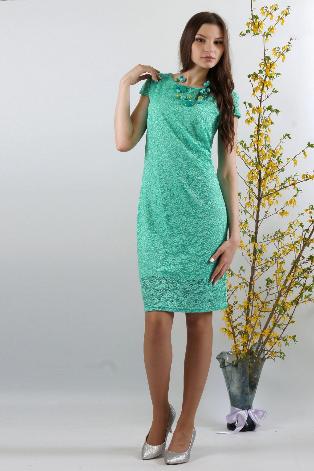 ПлатьеПлатья<br>Женственное платье облегающего покроя из высококачественного эластичного кружева. Эта двухслойная модель  сформирует Ваш силуэт. Красивый цвет добавит изысканности и женственности в Ваш образ. Спереди  нагрудные вытачки из бокового шва. Спинка со средним швом, без отличительных особенностей. Великолепный вырез горловины:  округлый по переду и V-образный по спинке выгодно подчеркнет Вашу шею и грудь. Рукав-крылышко втачной без нижних участков под проймой.   Длина рукава около 9,5 см.  Платье на трикотажной подкладке. Подкладка из масла «кристалл» короче основного платья на 11,0 см.  Длина около 98 см.  Цвет: бирюзовый  Ростовка изделия 170 см.<br><br>Горловина: С- горловина<br>По длине: До колена<br>По материалу: Гипюр,Трикотаж<br>По образу: Свидание<br>По рисунку: Однотонные,Фактурный рисунок<br>По сезону: Весна,Зима,Лето,Осень,Всесезон<br>По силуэту: Приталенные<br>По стилю: Нарядный стиль<br>По форме: Платье - футляр<br>По элементам: С подкладом<br>Рукав: Короткий рукав<br>Размер : 46,48,50,52,54,56<br>Материал: Холодное масло + Гипюр<br>Количество в наличии: 6