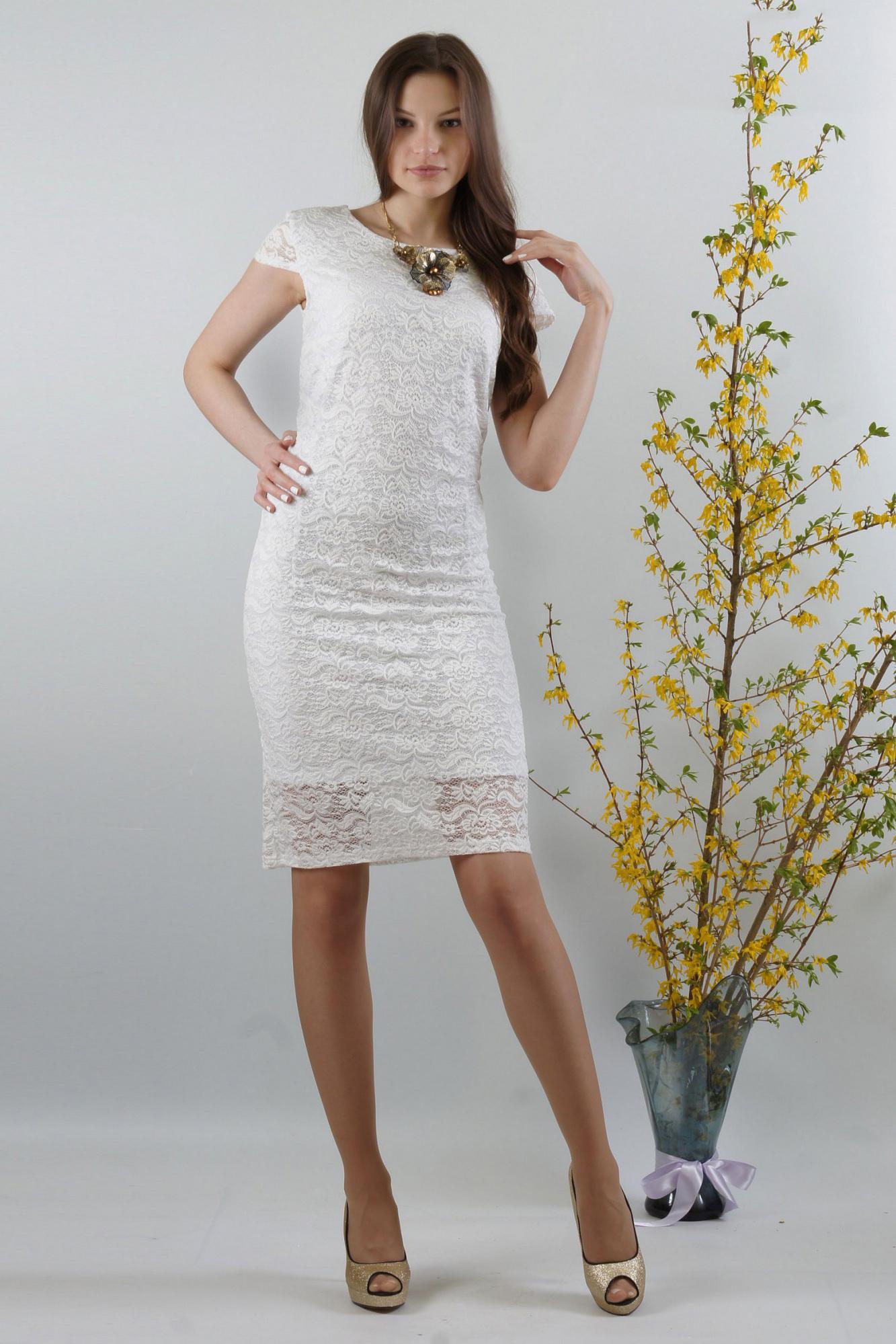 ПлатьеПлатья<br>Женственное платье облегающего покроя из высококачественного эластичного кружева. Эта двухслойная модель  сформирует Ваш силуэт. Красивый цвет добавит изысканности и женственности в Ваш образ. Спереди  нагрудные вытачки из бокового шва. Спинка со средним швом, без отличительных особенностей. Великолепный вырез горловины:  округлый по переду и V-образный по спинке выгодно подчеркнет Вашу шею и грудь. Рукав-крылышко втачной без нижних участков под проймой.   Длина рукава около 9,5 см.  Платье на трикотажной подкладке. Подкладка из масла «кристалл» короче основного платья на 11,0 см.  Длина около 98 см.  Цвет: белый  Ростовка изделия 170 см.<br><br>Горловина: С- горловина<br>По длине: До колена<br>По материалу: Гипюр,Трикотаж<br>По рисунку: Однотонные,Фактурный рисунок<br>По сезону: Весна,Зима,Лето,Осень,Всесезон<br>По силуэту: Приталенные<br>По стилю: Нарядный стиль,Романтический стиль,Летний стиль<br>По форме: Платье - футляр<br>По элементам: С подкладом<br>Рукав: Короткий рукав<br>Размер : 46,48,50<br>Материал: Холодное масло + Гипюр<br>Количество в наличии: 3