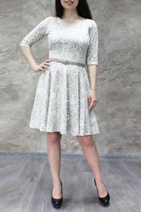 ПлатьеПлатья<br>Универсальное платье с круглой горловиной и рукавами 3/4. Модель выполнена из фактурного материала. Отличный выбор для любого случая.  Платье без пояса.  Цвет: бежевый  Ростовка изделия 170 см.<br><br>Горловина: С- горловина<br>По длине: До колена<br>По материалу: Жаккард,Трикотаж<br>По образу: Город,Свидание<br>По сезону: Весна,Зима,Лето,Осень,Всесезон<br>По силуэту: Приталенные<br>По форме: Платье - трапеция<br>По элементам: Со складками<br>Рукав: Рукав три четверти<br>По рисунку: С принтом,Цветные<br>По стилю: Повседневный стиль<br>Размер : 44,46,50,52,54,56<br>Материал: Трикотаж<br>Количество в наличии: 18