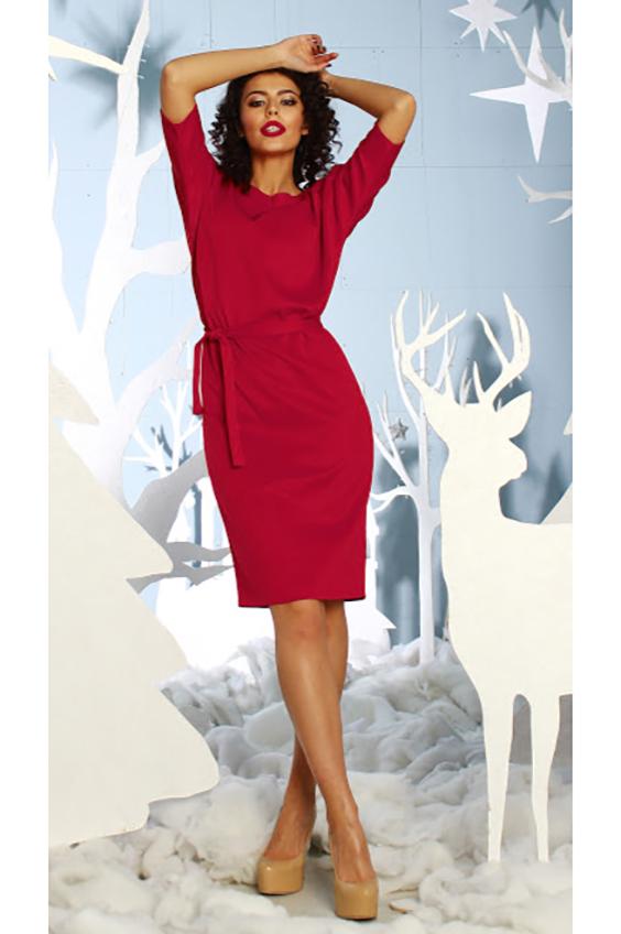 ПлатьеПлатья<br>Платье полуприлегающего силуэта из плотного трикотажного полотна с эластаном, с цельнокроенными рукавами 3/4. По левому плечевому шву заложены 2 декоративные складки.  Просто суперстильное элегантное платье без лишних деталей.  Длина изделия от 103 см до 110 см , в зависимости от размера.  В изделии использованы цвета: красный  Рост девушки-фотомодели 176 см.<br><br>Горловина: С- горловина<br>По длине: Ниже колена<br>По материалу: Вискоза,Трикотаж<br>По рисунку: Однотонные<br>По сезону: Зима,Осень,Весна<br>По силуэту: Приталенные<br>По стилю: Нарядный стиль,Повседневный стиль<br>По форме: Платье - футляр<br>Рукав: До локтя<br>Размер : 50<br>Материал: Трикотаж<br>Количество в наличии: 1