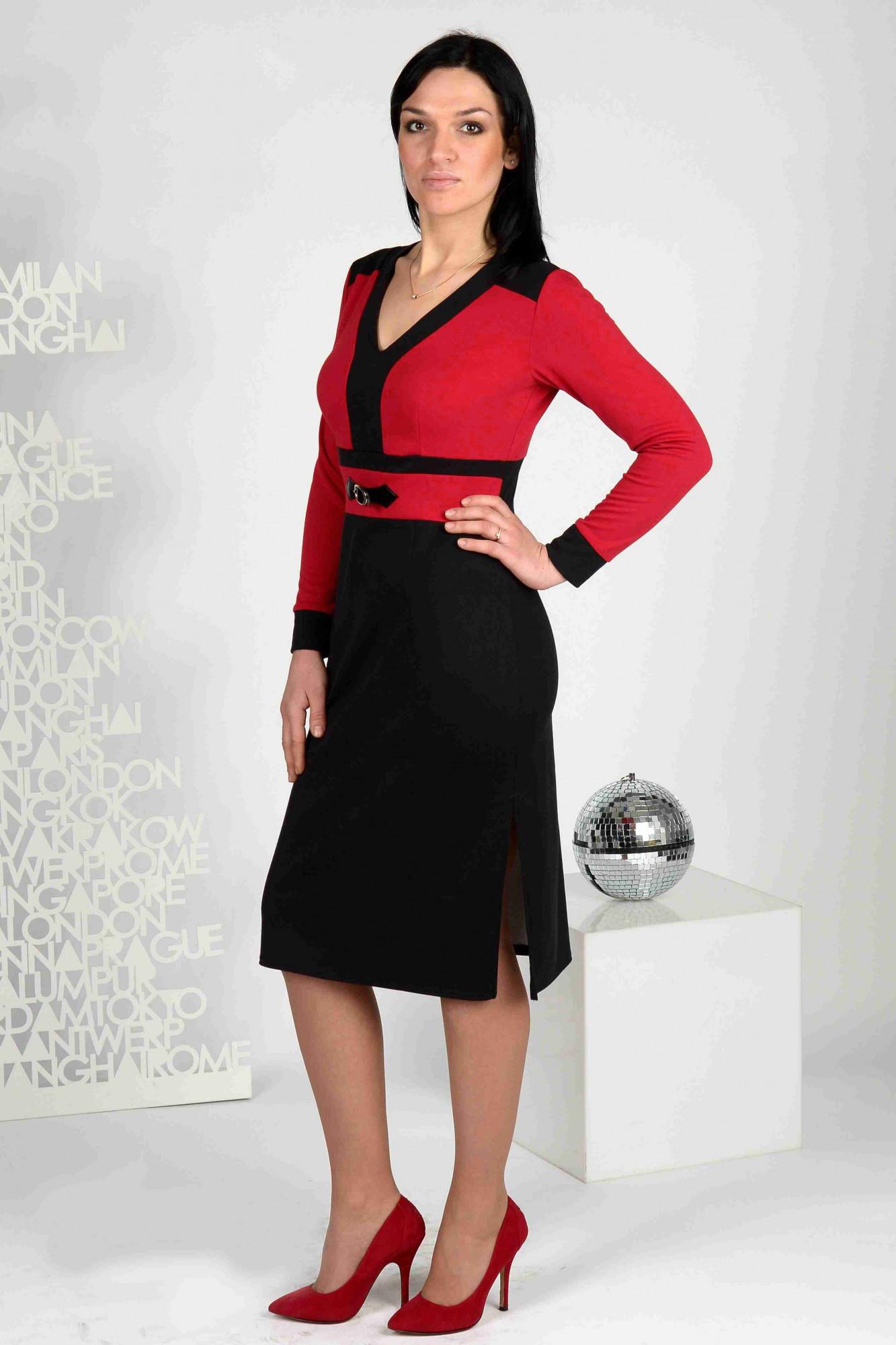ПлатьеПлатья<br>Стильное трикотажное платье из джерси, отрезное под грудью. Лиф с глубоким V-образным вырезом, спинка с округлой кокеткой. Перед платья украшен клевантом из кожи-лаке. Изюминка наряда: высокий разрез в левом боковом шве.   Длина до 48 размера - 104 см., после 50 размера - 110 см.   В изделии использованы цвета: черный, красный  Ростовка изделия 170 см.<br><br>Горловина: V- горловина<br>По длине: Ниже колена<br>По материалу: Вискоза,Трикотаж<br>По рисунку: Цветные<br>По силуэту: Приталенные<br>По стилю: Повседневный стиль<br>По форме: Платье - футляр<br>По элементам: С отделочной фурнитурой,С разрезом<br>Рукав: Длинный рукав<br>По сезону: Осень,Весна,Зима<br>Размер : 46,48,50,52<br>Материал: Джерси<br>Количество в наличии: 5