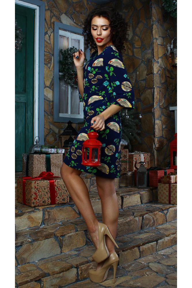 ПлатьеПлатья<br>Платье прямого силуэта. Выполнено из  трикотажного полотна с рельефной полоской. Изделие очень практично и не требует особого ухода. Рукав втачной, 3/4, расширен к низу. Оригинальный принт в виде роз и вееров подчеркнет не только женственность, но и безупречный вкус своей обладательницы Прямой силуэт замаскирует лишние сантиметры в области талии и бедер.  Длина изделия от 94 см до 100 см, в зависимости от размера.  В изделии использованы цвета: синий и др.  Рост девушки-фотомодели 176 см.<br><br>Горловина: С- горловина<br>По длине: До колена<br>По материалу: Вискоза,Трикотаж<br>По рисунку: Растительные мотивы,С принтом,Цветные,Цветочные<br>По сезону: Зима,Осень,Весна<br>По силуэту: Прямые<br>По стилю: Повседневный стиль<br>По форме: Платье - футляр<br>Рукав: Рукав три четверти<br>Размер : 48,52,54<br>Материал: Трикотаж<br>Количество в наличии: 3