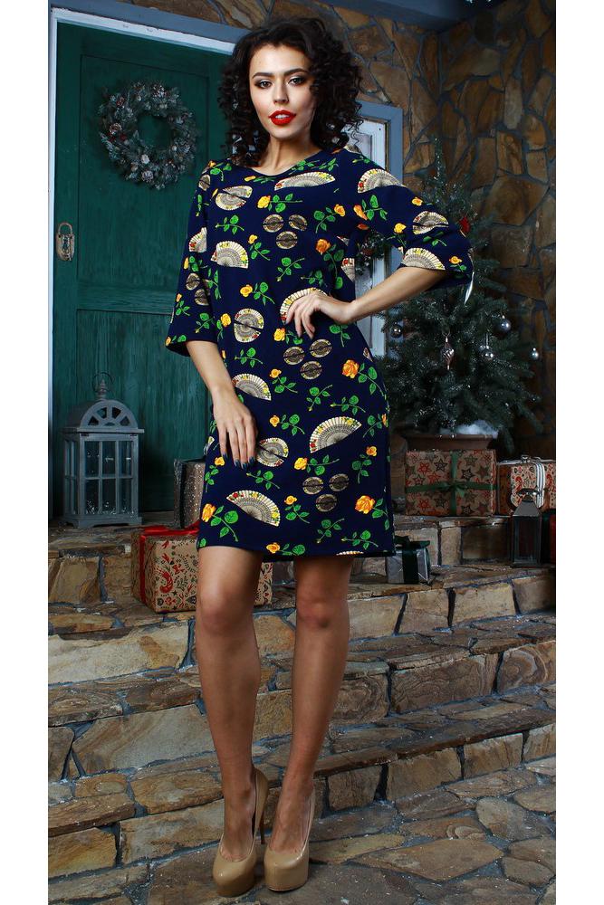 ПлатьеПлатья<br>Платье прямого силуэта. Выполнено из  трикотажного полотна с рельефной полоской. Изделие очень практично и не требует особого ухода. Рукав втачной, 3/4, расширен к низу. Оригинальный принт в виде роз и вееров подчеркнет не только женственность, но и безупречный вкус своей обладательницы Прямой силуэт замаскирует лишние сантиметры в области талии и бедер.  Длина изделия от 94 см до 100 см, в зависимости от размера.  В изделии использованы цвета: синий и др.  Рост девушки-фотомодели 176 см.<br><br>Горловина: С- горловина<br>По длине: До колена<br>По материалу: Вискоза,Трикотаж<br>По рисунку: Растительные мотивы,С принтом,Цветные,Цветочные<br>По сезону: Зима,Осень,Весна<br>По силуэту: Прямые<br>По стилю: Повседневный стиль<br>По форме: Платье - футляр<br>Рукав: Рукав три четверти<br>Размер : 42,44,46,48,50,52,54<br>Материал: Трикотаж<br>Количество в наличии: 11