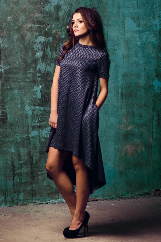 ПлатьеПлатья<br>Ультрамодное платье трапециевидного силуэта со шлейфом. Модель выполнена из приятного трикотажа. Отличный выбор для повседневного гардероба.  В изделии использованы цвета: синий и др.  Ростовка изделия 170 см.<br><br>Горловина: С- горловина<br>По длине: До колена<br>По материалу: Вискоза,Трикотаж<br>По образу: Город,Свидание<br>По рисунку: С принтом,Цветные<br>По силуэту: Свободные<br>По стилю: Кэжуал,Повседневный стиль,Ультрамодный стиль<br>По форме: Платье - трапеция<br>По элементам: С карманами,С фигурным низом,Со шлейфом<br>Рукав: Короткий рукав<br>По сезону: Осень,Весна<br>Размер : 44,46,48<br>Материал: Трикотаж<br>Количество в наличии: 5