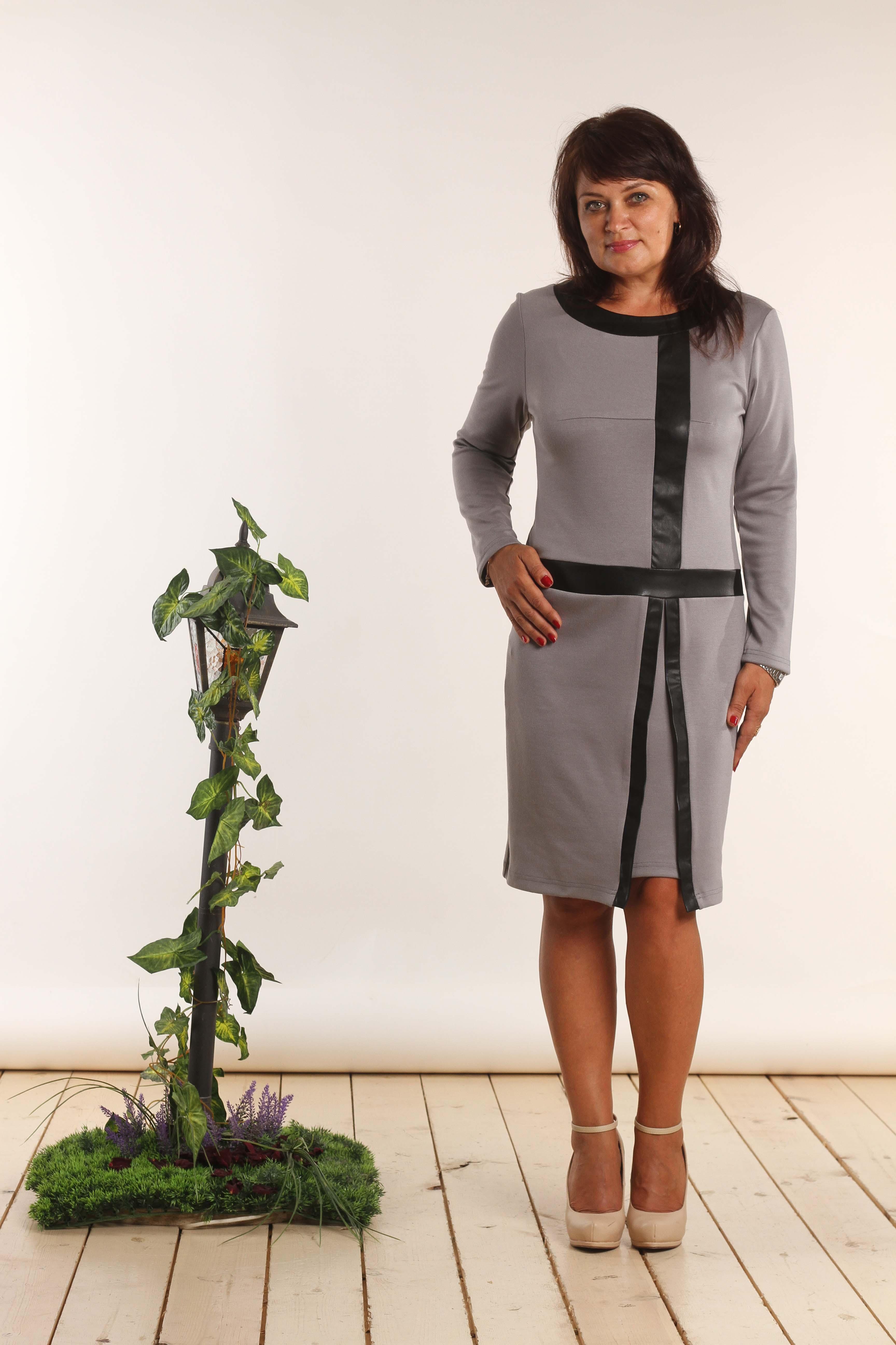 ПлатьеПлатья<br>Прекрасное женское платье с круглой горловиной и длинными рукавами. Модель выполнена из приятного трикотажа с отделкой из экокожи. Отличный выбор для повседневного гардероба.  В изделии использованы цвета: серый, черный  Длина изделия: 46 размер - 93 см 48 размер - 94 см 50 размер - 95 см 52 размер - 96 см 54 размер - 97 см 56 размер - 98 см  Длина рукава 57,5 см   Рост девушки-фотомодели 164 см<br><br>Горловина: С- горловина<br>По длине: До колена<br>По материалу: Вискоза,Трикотаж<br>По образу: Город<br>По рисунку: Цветные<br>По сезону: Зима,Осень,Весна<br>По стилю: Повседневный стиль<br>По форме: Платье - футляр<br>По элементам: С декором,С кожаными вставками<br>Рукав: Длинный рукав<br>По силуэту: Приталенные<br>Размер : 46,48,50,52,54,56<br>Материал: Джерси + Искусственная кожа<br>Количество в наличии: 6
