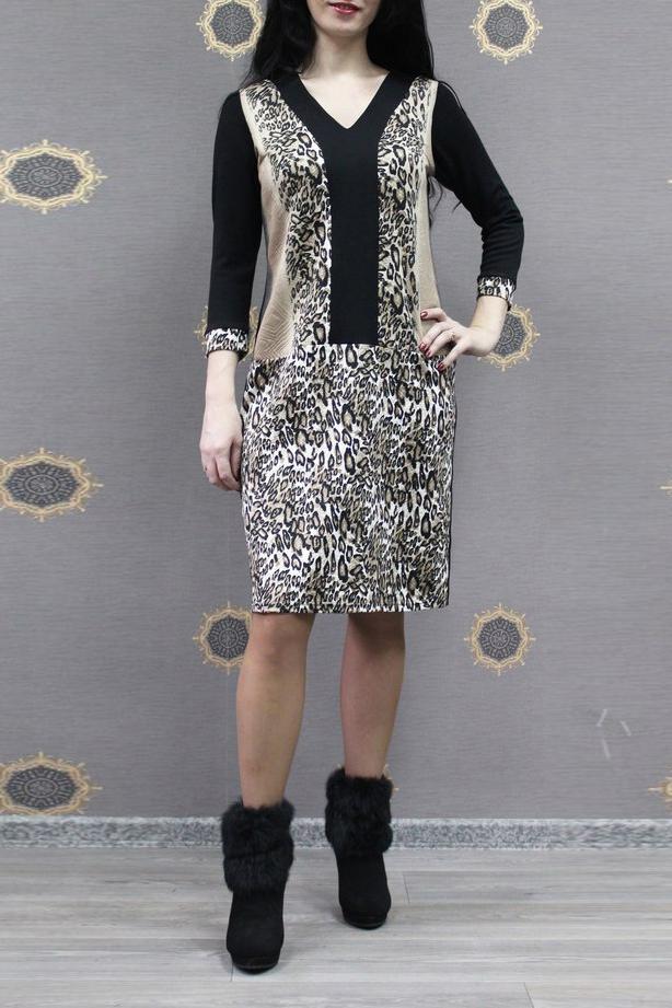 ПлатьеПлатья<br>Эффектное платье с V-образной горловиной и рукавами 3/4. Модель выполнена из приятного трикотажа. Отличный выбор для повседневного гардероба.  В изделии использованы цвета: бежевый, черный и др.  Ростовка изделия 170 см.<br><br>Горловина: V- горловина<br>По длине: До колена<br>По материалу: Трикотаж<br>По рисунку: Животные мотивы,Леопард,С принтом,Цветные<br>По силуэту: Приталенные<br>По стилю: Повседневный стиль<br>По форме: Платье - футляр<br>По элементам: С манжетами<br>Рукав: Рукав три четверти<br>По сезону: Осень,Весна,Зима<br>Размер : 52,54,56,58<br>Материал: Трикотаж<br>Количество в наличии: 12