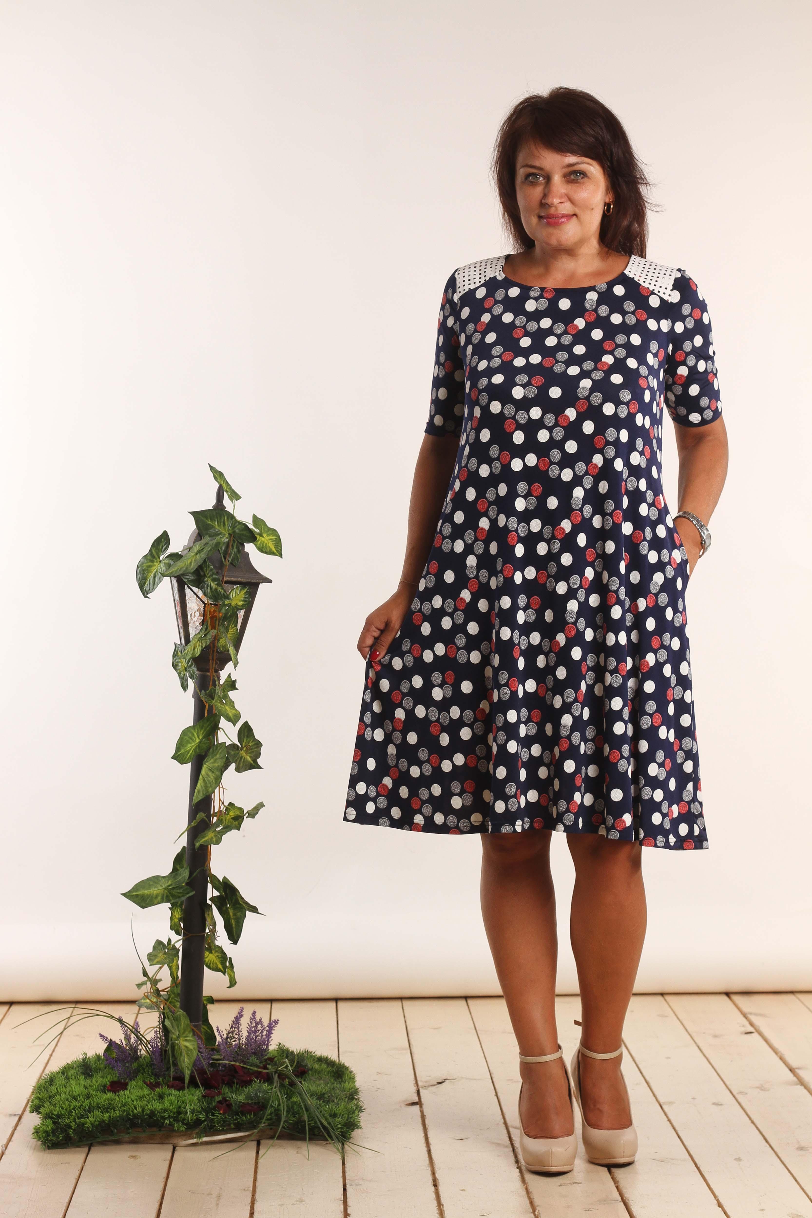 ПлатьеПлатья<br>Цветное платье в горошек трапециевидного силуэта с круглой горловиной и короткими рукавами. Модель выполнена из приятного трикотажа. Отличный выбор для повседневного гардероба.  В изделии использованы цвета: синий, серый, белый и др.  Длина изделия: 48 размер - 89 см 50 размер - 90 см 52 размер - 91 см 54 размер - 92 см 56 размер - 93 см  Длина рукава 26 см.  Рост девушки-фотомодели 164 см<br><br>Горловина: С- горловина<br>По длине: До колена<br>По материалу: Вискоза,Трикотаж<br>По образу: Город,Свидание<br>По рисунку: В горошек,С принтом,Цветные<br>По сезону: Лето,Осень,Весна<br>По силуэту: Свободные<br>По стилю: Повседневный стиль<br>По форме: Платье - трапеция<br>По элементам: С декором,С карманами<br>Рукав: Короткий рукав<br>Размер : 48,50,52<br>Материал: Трикотаж<br>Количество в наличии: 3