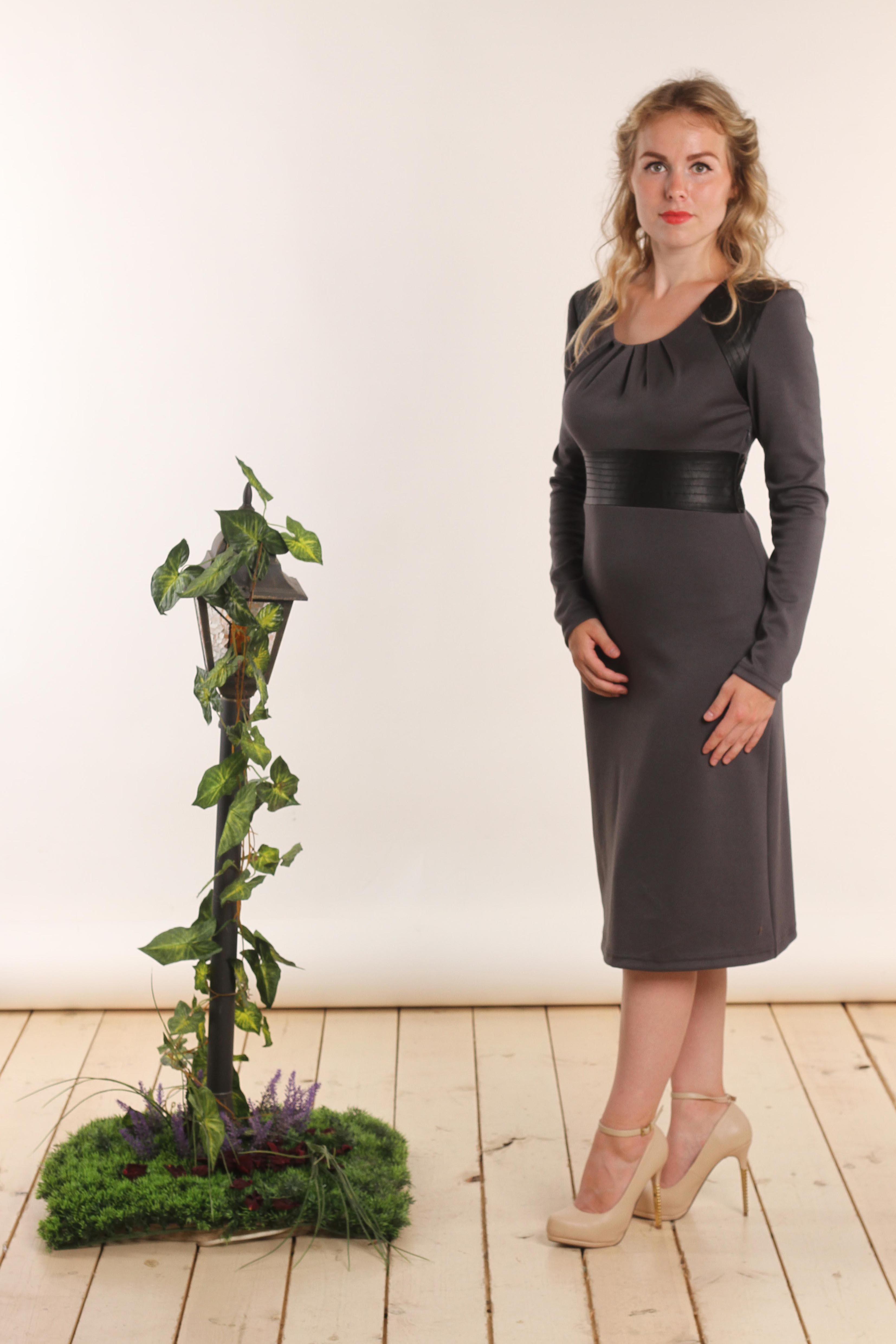 ПлатьеПлатья<br>Прекрасное женское платье с круглой горловиной и длинными рукавами. Модель выполнена из приятного трикотажа с отделкой из экокожи. Отличный выбор для повседневного гардероба.  В изделии использованы цвета: серый, черный  Длина изделия: 44 размер - 99 см 46 размер - 100 см 48 размер - 101 см 50 размер - 102 см 52 размер - 103 см 54 размер - 104 см  Длина рукава 61 см   Рост девушки-фотомодели 161 см<br><br>Горловина: С- горловина<br>По длине: Ниже колена<br>По материалу: Вискоза,Трикотаж<br>По образу: Город<br>По рисунку: Цветные<br>По сезону: Зима,Осень,Весна<br>По силуэту: Приталенные<br>По стилю: Повседневный стиль<br>По форме: Платье - трапеция<br>По элементам: С декором,С кожаными вставками<br>Рукав: Длинный рукав<br>Размер : 44,48,54<br>Материал: Джерси + Искусственная кожа<br>Количество в наличии: 4