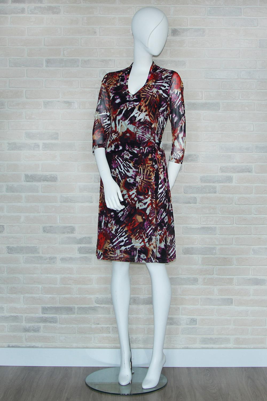 ПлатьеПлатья<br>Цветное платье с рукавами 3/4 и фигурной горловиной. Модель выполнена из приятного материала. Отличный выбор для любого случая.  В изделии использованы цвета: черный, белый, красный и др.  Ростовка изделия 170 см<br><br>Горловина: Фигурная горловина<br>По длине: Ниже колена<br>По материалу: Гипюровая сетка,Трикотаж<br>По рисунку: Абстракция,С принтом,Цветные<br>По сезону: Весна,Зима,Лето,Осень,Всесезон<br>По силуэту: Полуприталенные<br>По стилю: Повседневный стиль<br>По форме: Платье - трапеция<br>Рукав: Рукав три четверти<br>Размер : 44<br>Материал: Холодное масло + Гипюровая сетка<br>Количество в наличии: 2
