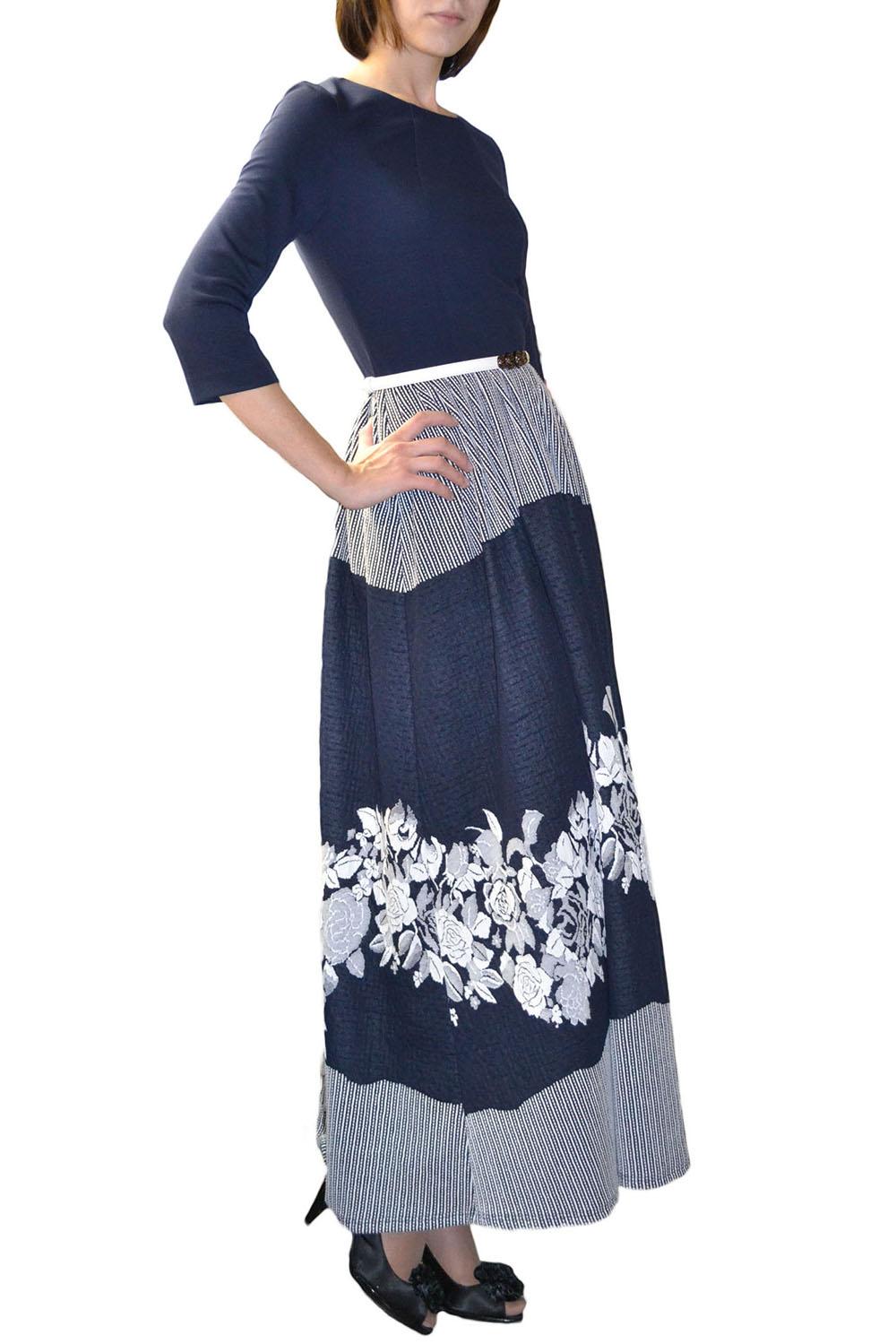 ПлатьеПлатья<br>Великолепное темно-синее платье в пол с широкой юбкой, имеющей эффектный цветочный рисунок — прекрасный выбор для праздничного вечера. Горловина обработана обтачкой, по спинке молния 50 см., рукав 3/4. Платье без пояса.  Цвет: синий, белый  Рост девушки-фотомодели 177 см.<br><br>Горловина: С- горловина<br>По длине: Макси<br>По материалу: Трикотаж,Хлопок<br>По образу: Город,Свидание<br>По рисунку: В полоску,Растительные мотивы,Цветные,Цветочные,С принтом<br>По силуэту: Полуприталенные<br>По стилю: Повседневный стиль<br>По форме: Платье - трапеция<br>Рукав: Рукав три четверти<br>По сезону: Осень,Весна<br>Размер : 42<br>Материал: Трикотаж<br>Количество в наличии: 1