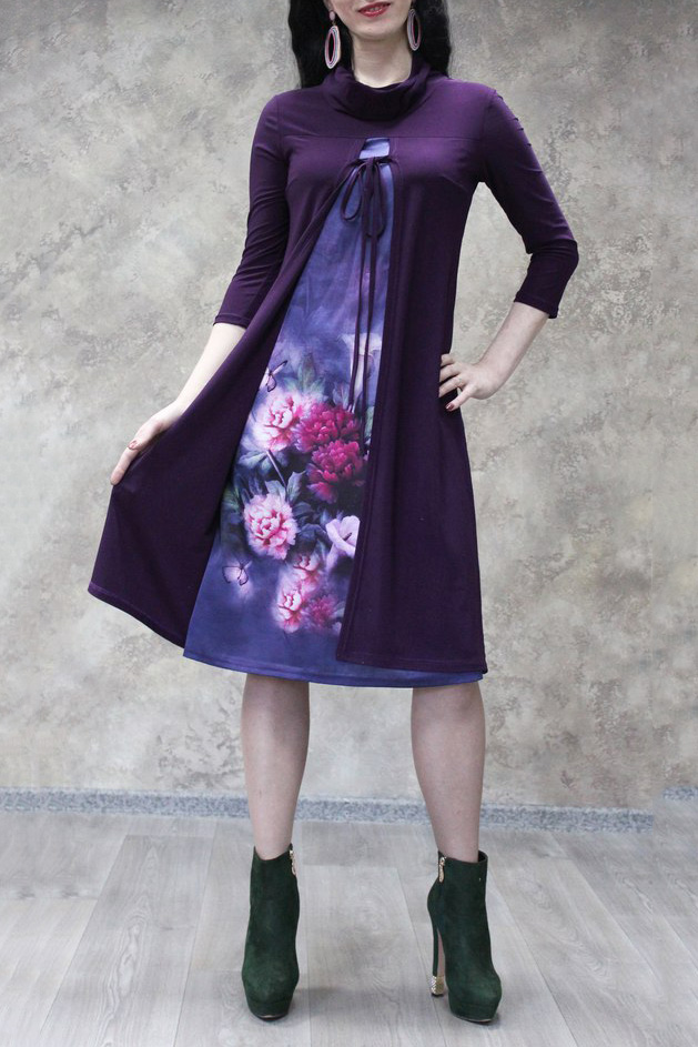 ПлатьеПлатья<br>Интересное платье с имитацией накидки. Модель выполнена из приятного материала. Отличный выбор для повседневного гардероба.  В изделии использованы цвета: фиолетовый, сиреневый и др.  Рост девушки-фотомодели 172 см.<br><br>Воротник: Хомут<br>По длине: Ниже колена<br>По материалу: Атлас,Трикотаж<br>По рисунку: Растительные мотивы,С принтом,Цветные,Цветочные<br>По сезону: Зима,Осень,Весна<br>По силуэту: Полуприталенные<br>По стилю: Повседневный стиль<br>По форме: Платье - трапеция<br>Рукав: Рукав три четверти<br>Размер : 52<br>Материал: Холодное масло + Атлас<br>Количество в наличии: 1