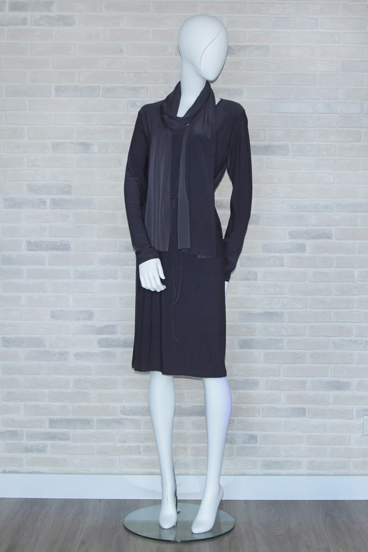 ПлатьеПлатья<br>Однотонное платье с длинными рукавами. Модель выполнена из приятного материала. Отличный выбор для любого случая. Платье без шарфика.  В изделии использованы цвета: серый  Ростовка изделия 164-170 см<br><br>Горловина: С- горловина<br>По длине: Ниже колена<br>По материалу: Трикотаж<br>По рисунку: Однотонные<br>По силуэту: Полуприталенные<br>По стилю: Классический стиль,Офисный стиль,Повседневный стиль<br>По форме: Платье - трапеция<br>Рукав: Длинный рукав<br>По сезону: Осень,Весна<br>Размер : 46<br>Материал: Холодное масло<br>Количество в наличии: 1
