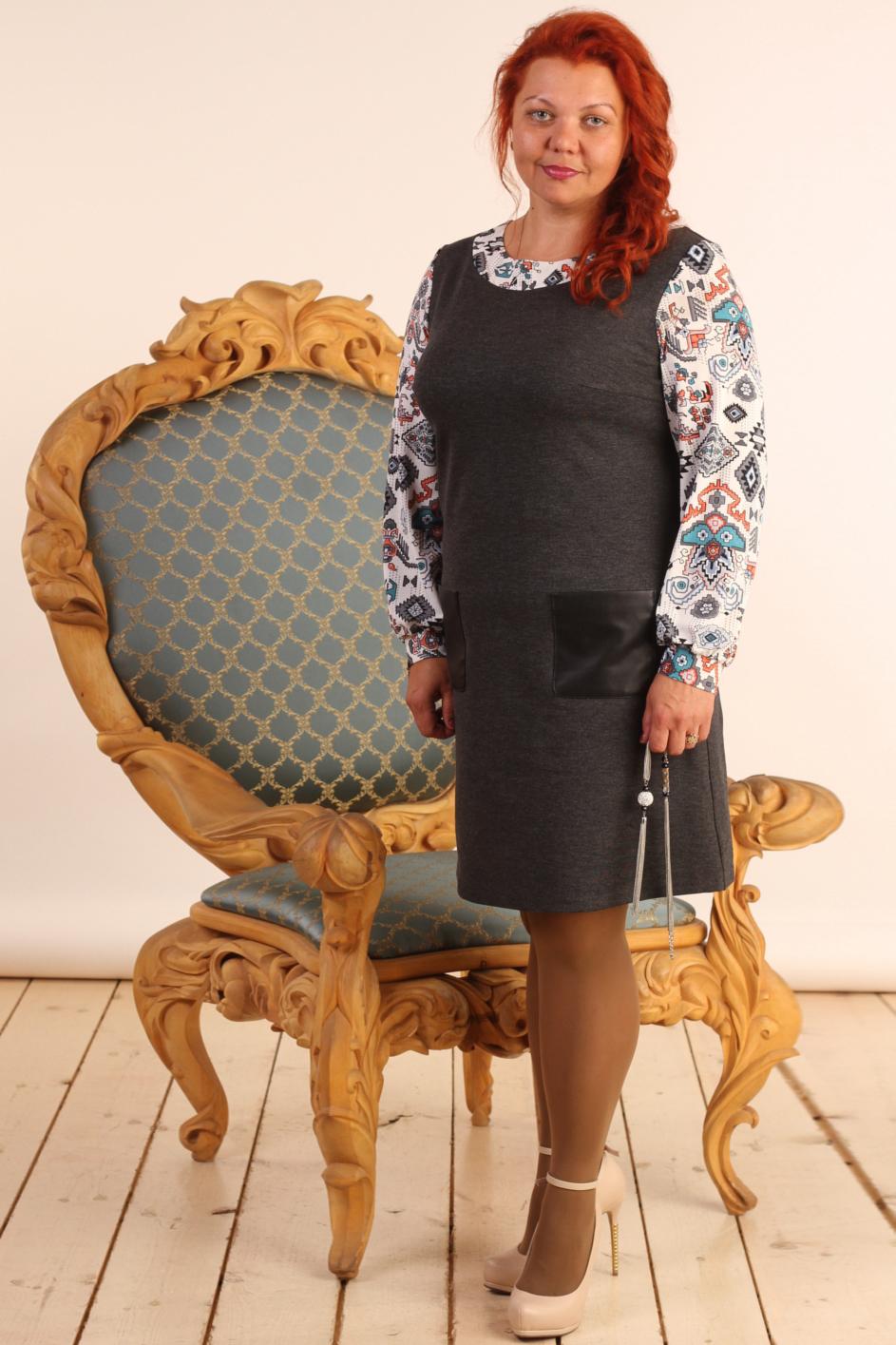 ПлатьеПлатья<br>Красивое платье с круглой горловиной и длинными рукавами. Модель выполнена из плотного трикотажа с рукавами и обтачкой из вязаного трикотажа и кожаными карманами. Отличный выбор для повседневного гардероба.  В изделии использованы цвета: серый, белый и др.  Длина рукава 60 см.  Длина изделия: 46 размер - 92 см 48 размер - 93 см 50 размер - 94 см 52 размер - 95 см 54 размер - 96 см 56 размер - 97 см  Рост девушки-фотомодели 165 см<br><br>Горловина: С- горловина<br>По длине: Ниже колена<br>По материалу: Вязаные,Трикотаж<br>По образу: Город,Свидание<br>По рисунку: С принтом,Цветные<br>По сезону: Осень,Зима<br>По силуэту: Полуприталенные<br>По стилю: Повседневный стиль<br>По элементам: С карманами,С кожаными вставками,С манжетами<br>Рукав: Длинный рукав<br>Размер : 46,48,50,52,54,56<br>Материал: Джерси<br>Количество в наличии: 6
