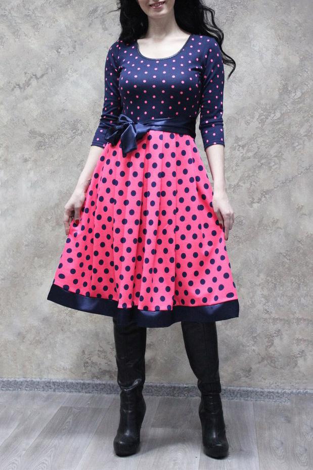 ПлатьеПлатья<br>Яркое платье в горошек. Модель выполнена из приятного материала. Отличный выбор для любого случая. Платье без пояса.  В изделии использованы цвета: темно-синий, розовый  Рост девушки-фотомодели 172 см.<br><br>Горловина: С- горловина<br>По длине: Ниже колена<br>По материалу: Трикотаж<br>По рисунку: В горошек,С принтом,Цветные<br>По сезону: Зима,Осень,Весна<br>По силуэту: Приталенные<br>По стилю: Нарядный стиль,Повседневный стиль<br>По форме: Платье - трапеция<br>Рукав: Рукав три четверти<br>Размер : 50,52,54,56<br>Материал: Трикотаж<br>Количество в наличии: 10