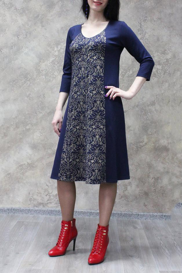 ПлатьеПлатья<br>Цветное платье с круглой горловиной и рукавами 3/4. Модель выполнена из приятного материала. Отличный выбор для повседневного гардероба.  В изделии использованы цвета: синий, бежевый  Рост девушки-фотомодели 172 см.<br><br>Горловина: V- горловина<br>По длине: Ниже колена<br>По материалу: Трикотаж<br>По рисунку: С принтом,Цветные<br>По силуэту: Полуприталенные<br>По стилю: Повседневный стиль<br>По форме: Платье - трапеция<br>Рукав: Рукав три четверти<br>По сезону: Осень,Весна<br>Размер : 50,54,56,58<br>Материал: Трикотаж<br>Количество в наличии: 14