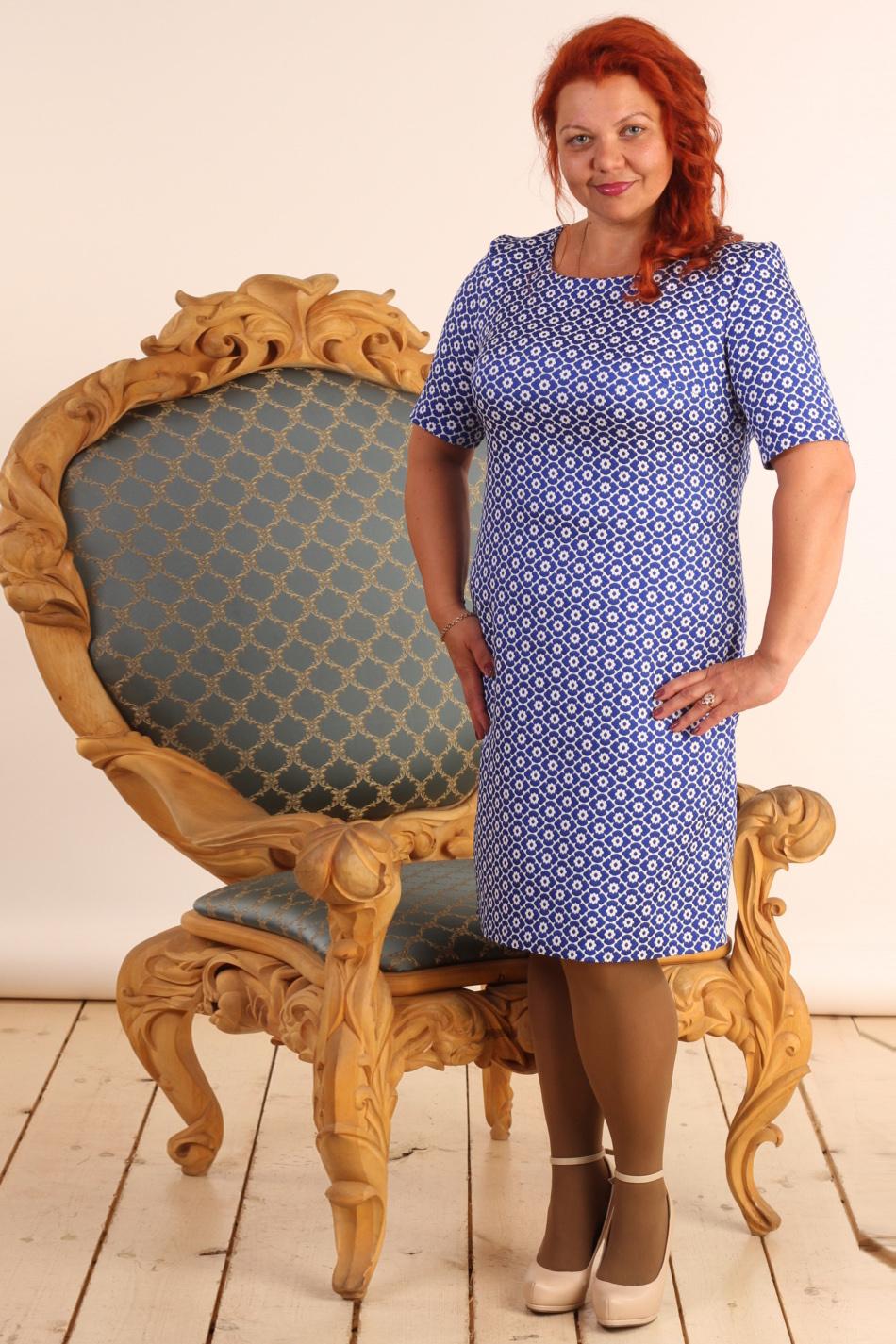 ПлатьеПлатья<br>Милое платье с круглой горловиной и рукавами 3/4. Модель выполнена из фактурного материала. Отличный выбор для любого случая.  В изделии использованы цвета: синий, белый  Длина изделия: 46 размер - 89 см 48 размер - 90 см 50 размер - 91 см 52 размер - 92 см 54 размер - 93 см 56 размер - 94 см  Рост девушки-фотомодели 165 см.<br><br>Горловина: С- горловина<br>По длине: Ниже колена<br>По материалу: Жаккард<br>По рисунку: Растительные мотивы,С принтом,Фактурный рисунок,Цветные,Цветочные<br>По сезону: Всесезон,Зима,Лето,Осень,Весна<br>По силуэту: Полуприталенные<br>По стилю: Повседневный стиль<br>По элементам: С пуговицами<br>Рукав: До локтя,Короткий рукав<br>Размер : 46,48,52,56<br>Материал: Жаккард<br>Количество в наличии: 4