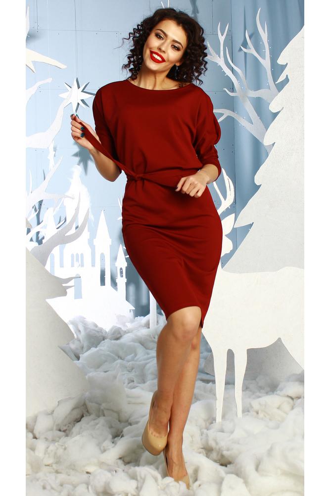 ПлатьеПлатья<br>Платье полуприлегающего силуэта из плотного трикотажного полотна с рисунком quot;пикеquot;, с цельнокроенными рукавами 3/4 на манжете. По левому плечевому шву заложены 2 декоративные складки.  Просто суперстильное элегантное платье без лишних деталей. Идеальное платье для любого случая. Платье без пояса.  Длина изделия от 103 см до 110 см , в зависимости от размера.  В изделии использованы цвета: бордовый  Рост девушки-фотомодели 176 см.  Параметры размеров: 42 размер - обхват груди 84 см., обхват талии 64 см., обхват бедер 92 см. 44 размер - обхват груди 88 см., обхват талии 68 см., обхват бедер 96 см. 46 размер - обхват груди 92 см., обхват талии 72 см., обхват бедер 100 см. 48 размер - обхват груди 96 см., обхват талии 76 см., обхват бедер 104 см. 50 размер - обхват груди 100 см., обхват талии 80 см., обхват бедер 108 см. 52 размер - обхват груди 104 см., обхват талии 84 см., обхват бедер 112 см. 54 размер - обхват груди 108 см., обхват талии 88 см., обхват бедер 116 см. 56 размер - обхват груди 112 см., обхват талии 92 см., обхват бедер 120 см. 58 размер - обхват груди 116 см., обхват талии 96 см., обхват бедер 124 см.  Ростовка изделия 170 см.<br><br>Горловина: С- горловина<br>По длине: До колена<br>По материалу: Трикотаж<br>По рисунку: Однотонные<br>По силуэту: Полуприталенные<br>По стилю: Повседневный стиль<br>По форме: Платье - футляр<br>Рукав: Рукав три четверти<br>По сезону: Осень,Весна<br>Размер : 48,50,52,54<br>Материал: Трикотаж<br>Количество в наличии: 7
