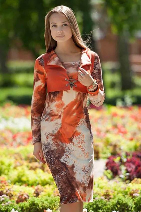 ПлатьеПлатья<br>Необычное платье с имитацией надетого жилета. Жилет отворачивается изящными лацканами и имеет воздушную застежку на блочке.   Длина изделия до 48 размера около 100 см Длина изделия от 50 размера около 106 см.  В изделии использованы цвета: бежевый, оранжевый и др.  Ростовка изделия 170 см.<br><br>Горловина: С- горловина<br>По длине: Ниже колена<br>По материалу: Вискоза,Трикотаж<br>По рисунку: С принтом,Цветные<br>По силуэту: Полуприталенные<br>По стилю: Повседневный стиль<br>По форме: Платье - футляр<br>По элементам: С декором<br>Рукав: Длинный рукав<br>По сезону: Осень,Весна,Зима<br>Размер : 46,48<br>Материал: Вискоза<br>Количество в наличии: 3