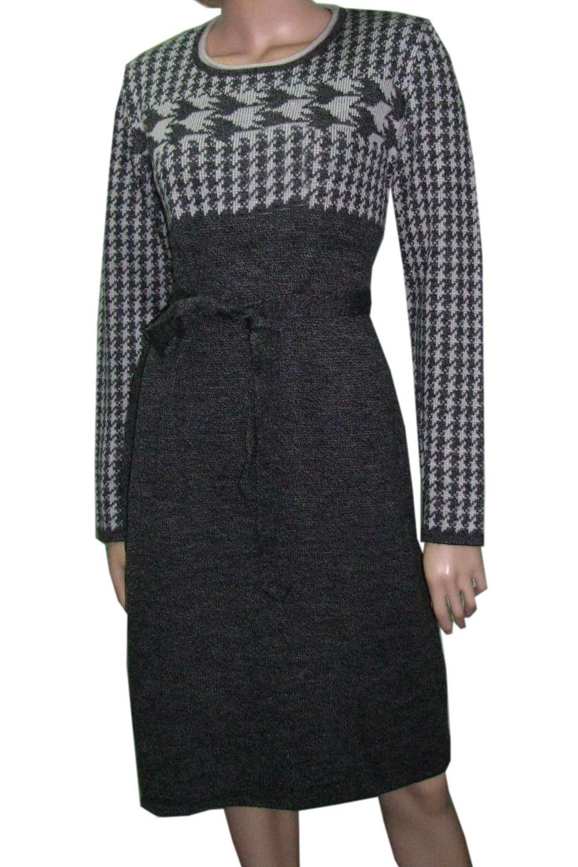 ПлатьеПлатья<br>Цветное платье с длинными рукавами из вязанного трикотажа. Вязаный трикотаж - это красота, тепло и комфорт. В вязаных вещах очень легко оставаться женственной и в то же время не замёрзнуть. Платье без пояса.  Цвет: серый  Ростовка изделия 170 см<br><br>Горловина: С- горловина<br>По длине: До колена<br>По материалу: Вязаные,Трикотаж<br>По образу: Город<br>По рисунку: С принтом,Цветные<br>По сезону: Осень,Зима<br>По силуэту: Приталенные<br>По стилю: Повседневный стиль<br>По форме: Платье - футляр<br>Рукав: Длинный рукав<br>Размер : 46<br>Материал: Вязаное полотно<br>Количество в наличии: 1