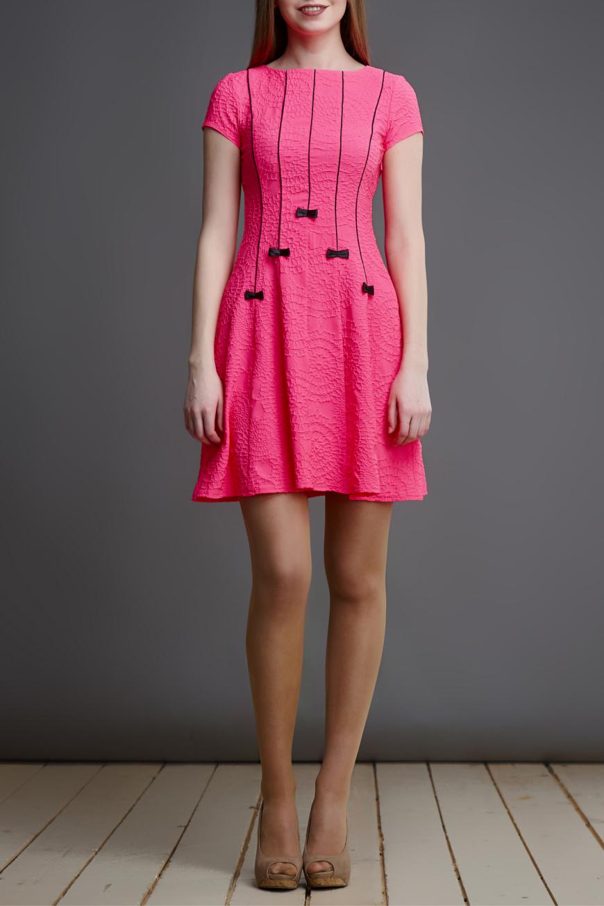 ПлатьеПлатья<br>Милое платье с круглой горловиной и короткими рукавами. Модель выполнена из приятного материала. Отличный выбор для любого случая.  В изделии использованы цвета: розовый, черный  Длина изделия по спинке: 40 размер - 87 см. 42 размер - 88 см. 44 размер - 89 см. 46 размер - 90 см.  Рост девушки-фотомодели 175 см.<br><br>Горловина: С- горловина<br>По длине: До колена<br>По материалу: Тканевые<br>По рисунку: Однотонные,Фактурный рисунок<br>По сезону: Лето,Осень,Весна<br>По силуэту: Приталенные<br>По стилю: Повседневный стиль,Романтический стиль<br>По форме: Платье - трапеция<br>По элементам: С декором<br>Рукав: Короткий рукав<br>Размер : 40,42,44,46<br>Материал: Плательная ткань<br>Количество в наличии: 4