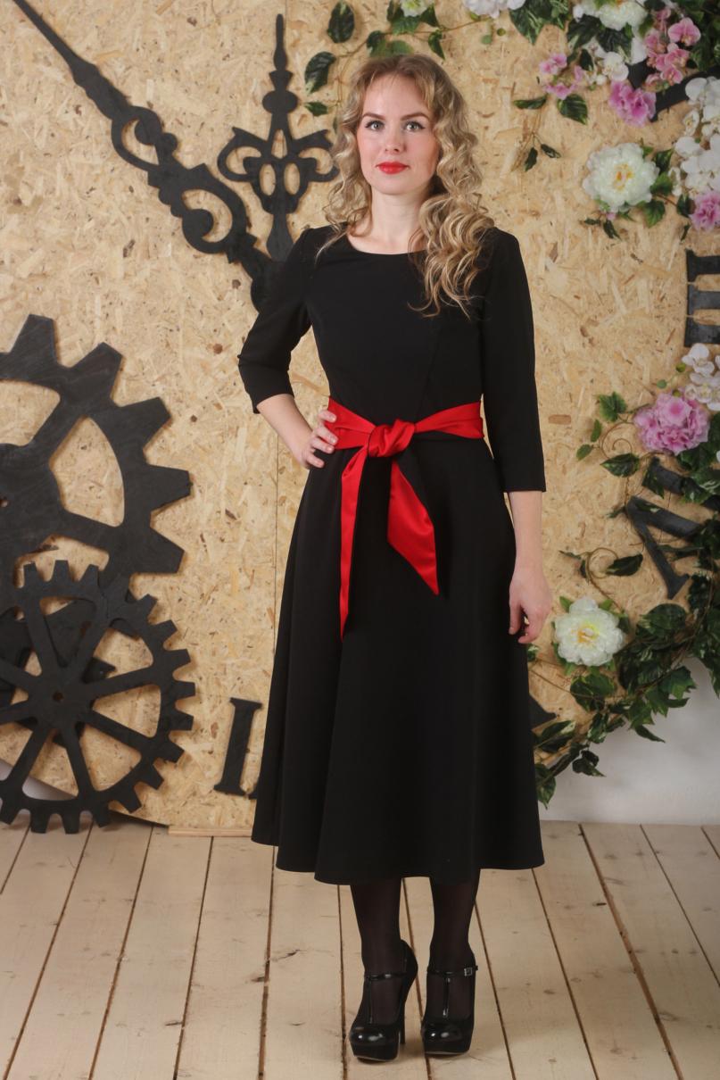 ПлатьеПлатья<br>Однотонное платье длиной миди. Модель выполнена из приятного материала. Отличный выбор для любого случая. Платье без пояса.  В изделии использованы цвета: черный, красный  Длина изделия: 48 размер - 111 см.  50 размер - 111,5 см. 52 размер - 112 см. 54 размер - 112,5 см.  Рост девушки-фотомодели 163 см.<br><br>Горловина: С- горловина<br>По длине: Миди,Ниже колена<br>По материалу: Тканевые<br>По рисунку: Однотонные<br>По сезону: Зима,Осень,Весна<br>По силуэту: Приталенные<br>По стилю: Повседневный стиль<br>По форме: Платье - трапеция<br>Рукав: Рукав три четверти<br>Размер : 48,50,52,54<br>Материал: Плательная ткань<br>Количество в наличии: 4