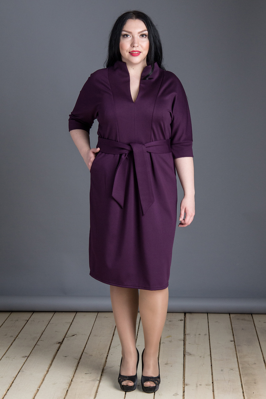 ПлатьеПлатья<br>Роскошное платье с V-образной горловиной и рукавами 3/4. Модель выполнена из приятного трикотажа. Отличный выбор для любого случая. Платье без пояса.  В изделии использованы цвета: темно-лиловый  Длина изделия: 50 размер - 108 см 52 размер - 109 см 54 размер - 110 см 56 размер - 111 см  Рост девушки-фотомодели 175 см.<br><br>Горловина: V- горловина<br>По длине: Ниже колена<br>По материалу: Трикотаж<br>По рисунку: Однотонные<br>По силуэту: Полуприталенные<br>По стилю: Кэжуал,Офисный стиль,Повседневный стиль<br>По элементам: С разрезом<br>Разрез: Короткий,Шлица<br>Рукав: Рукав три четверти<br>По сезону: Осень,Весна<br>Размер : 50,52,54,56<br>Материал: Трикотаж<br>Количество в наличии: 10