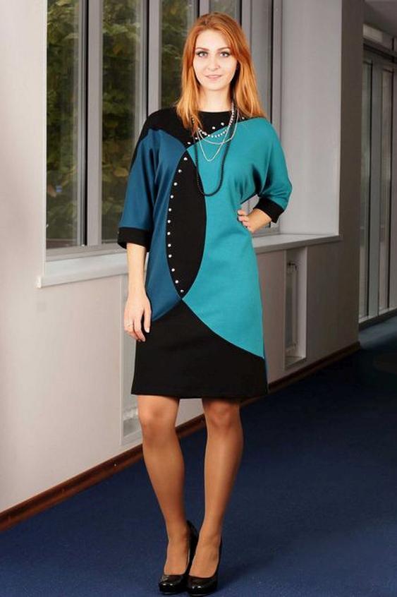 ПлатьеПлатья<br>Это стильное трикотажное платье из джерси свободного кроя с наступлением холодов станет незаменимой вещью в гардеробе современной женщины. Геометрические формы в трех цветах подчеркнут Вашу индивидуальность и оригинальность.  Рукава модели кроя летучая мышь длиной в три четверти открывают изящность кистей женских рук. Эту модель можно также носить как тунику или мини-платье. Цельнокроеный покрой рукава обеспечит максимальную свободу и комфорт. Рукав длиной 3/4. Асимметричный рисунок полочки, составленный из трикотажа одной цветовой гаммы приковывает взгляд. Спинка однотонная, темная. Платье из плотного трикотажа прямого силуэта. Спинка со средним швом. Рукава длиной до локтя свободные, цельнокроеные, обработанные манжетой. Горловина расширенная с вырезом типа «лодочка».  Длина изделия, см До 48 размера - 85,0 см; 52-54 размеры – 93,0 см; 56-58 размеры – 95,0 см.  В изделии использованы цвета: черный, бирюзовый, синий  Ростовка изделия 170 см.<br><br>Горловина: Лодочка<br>По длине: До колена<br>По материалу: Вискоза,Трикотаж<br>По рисунку: Цветные<br>По силуэту: Свободные<br>По стилю: Повседневный стиль<br>Рукав: Рукав три четверти<br>По сезону: Осень,Весна,Зима<br>Размер : 50,52,54<br>Материал: Джерси<br>Количество в наличии: 3