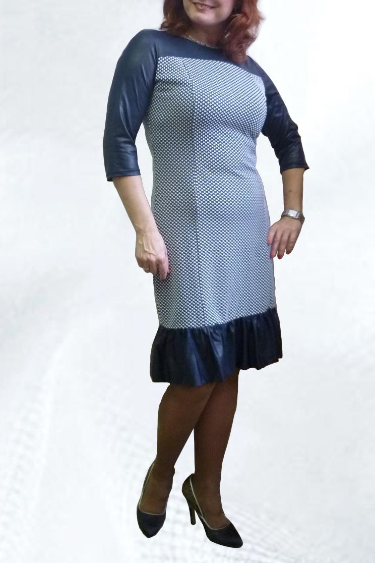 ПлатьеПлатья<br>Повседневное платье с круглой горловиной и рукавами 3/4. Модель выполнена из приятного трикотажа. Отличный выбор для повседневного гардероба.  Цвет: белый, синий  Рост девушки-фотомодели 164 см.<br><br>Горловина: С- горловина<br>По длине: Ниже колена<br>По материалу: Вискоза,Трикотаж<br>По рисунку: С принтом,Цветные<br>По сезону: Весна,Осень,Зима<br>По силуэту: Приталенные<br>По стилю: Повседневный стиль<br>По форме: Платье - футляр<br>По элементам: С воланами и рюшами<br>Рукав: Рукав три четверти<br>Размер : 44,46,48,50,52,54<br>Материал: Трикотаж<br>Количество в наличии: 6