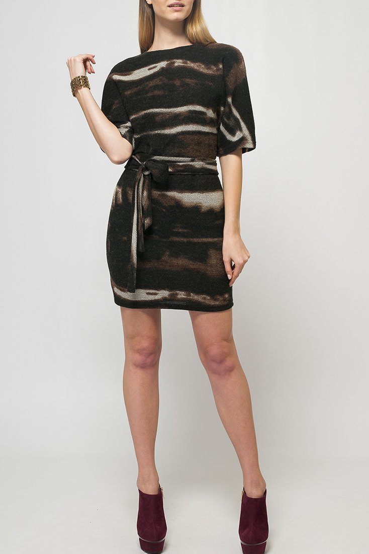 ПлатьеПлатья<br>Оригинальное платье полуприлегающего силуэта. Яркий принт модели делает эффектным повседневный образ и является стильным решением для Вашего гардероба.   Параметры изделия:  44 размер: полуобхват по линии бедер - 50 см, длина по спинке - 90 см,  52 размер: полуобхват по линии бедер - 59 см, длина по спинке - 94 см.  Цвет: коричневый, черный, бежевый  Рост девушки-фотомодели 170 см<br><br>Горловина: С- горловина<br>По длине: До колена<br>По материалу: Трикотаж<br>По рисунку: С принтом,Цветные<br>По силуэту: Полуприталенные<br>По стилю: Повседневный стиль<br>По форме: Платье - футляр<br>Рукав: До локтя<br>По сезону: Осень,Весна,Зима<br>Размер : 42<br>Материал: Трикотаж<br>Количество в наличии: 1