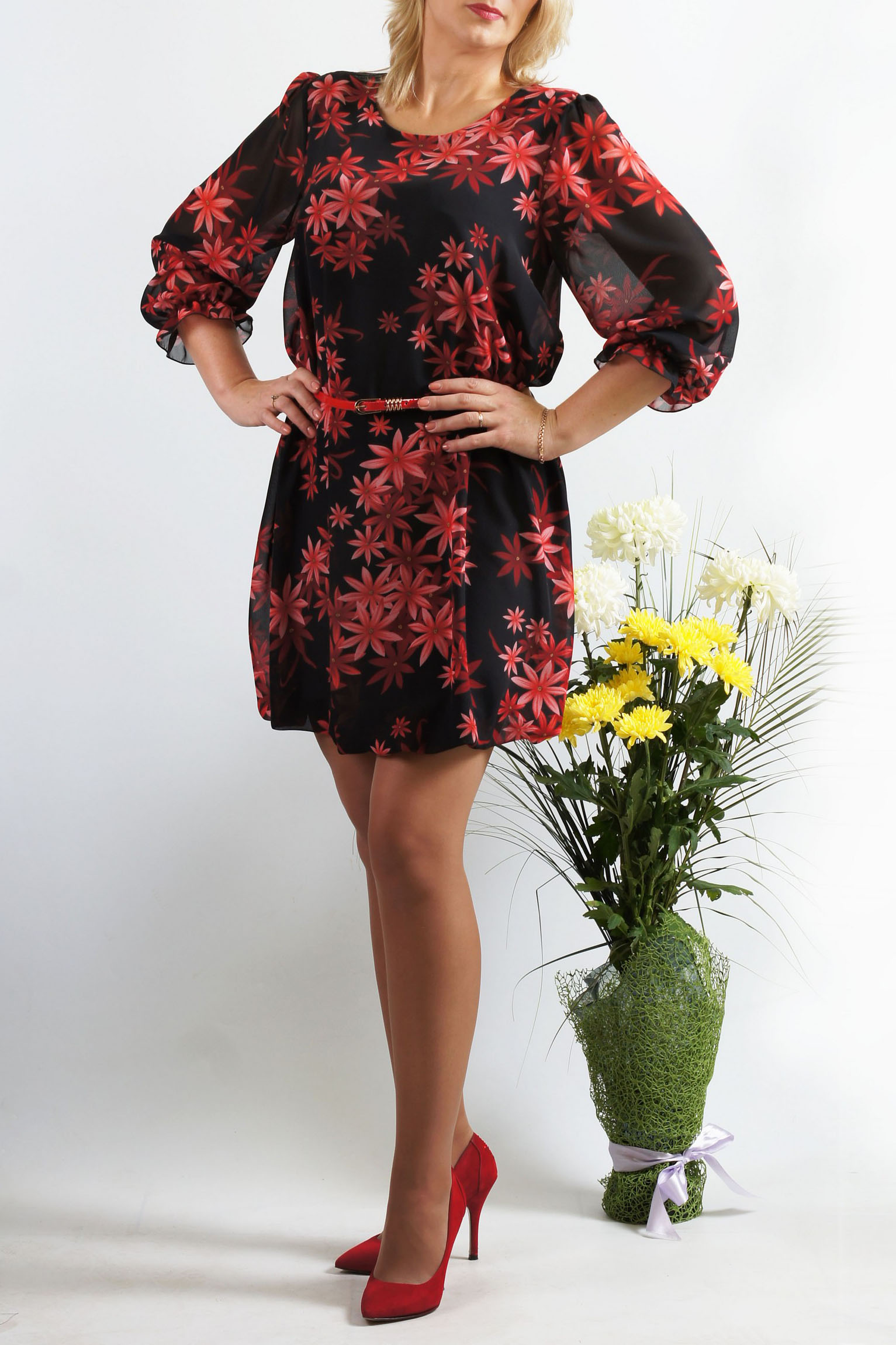 ПлатьеПлатья<br>Это эффектное платье-баллон из легкой шифоновой ткани придется по вкусу многим юным девушкам и молодым женщинам. Его короткая длина открывает к всеобщему обозрению красивые и стройные ножки обладательницы платья, а удачный крой модели поможет скрыть возможные недостатки в верхней части женской фигуры. Достаточно подчеркнуть линию талии оригинальным тонким пояском – и шикарный вечерний наряд готов  Верх платья-баллон из шифона, который закладывается в воздушные складки, а внутренняя часть подобрана в тон верха и выполнена из трикотажа «холодное масло», которое скользит по телу и не сковывает движения . Рукав втачной, длиной 3/4, без подклада, с небольшой сборкой по окату, низ рукава собран на тонкую резинку и формирует кокетливую рюшечку – поэтому длину рукава можно регулировать.  Платье без пояса.  Длина изделия: 46-48 размеры - около 87,0 см; 50-52 размеры – около 97,0 см; 54-56 размеры – около 99,0 см.  В изделии использованы цвета: черный, бордовый  Параметры размеров: 42 размер - обхват груди 84 см., обхват талии 64 см., обхват бедер 92 см. 44 размер - обхват груди 88 см., обхват талии 68 см., обхват бедер 96 см. 46 размер - обхват груди 92 см., обхват талии 72 см., обхват бедер 100 см. 48 размер - обхват груди 96 см., обхват талии 76 см., обхват бедер 104 см. 50 размер - обхват груди 100 см., обхват талии 80 см., обхват бедер 108 см. 52 размер - обхват груди 104 см., обхват талии 85 см., обхват бедер 112 см. 54 размер - обхват груди 108 см., обхват талии 89 см., обхват бедер 116 см. 56 размер - обхват груди 112 см., обхват талии 94 см., обхват бедер 120 см. 58 размер - обхват груди 116 см., обхват талии 100 см., обхват бедер 124 см.  Ростовка изделия 167-173 см.<br><br>Горловина: С- горловина<br>По длине: До колена<br>По материалу: Шифон<br>По рисунку: Растительные мотивы,С принтом,Цветные,Цветочные<br>По сезону: Весна,Зима,Лето,Осень,Всесезон<br>По силуэту: Свободные<br>По стилю: Нарядный стиль<br>Рукав: Рукав три четверти<br>Размер : 46<br>Мат