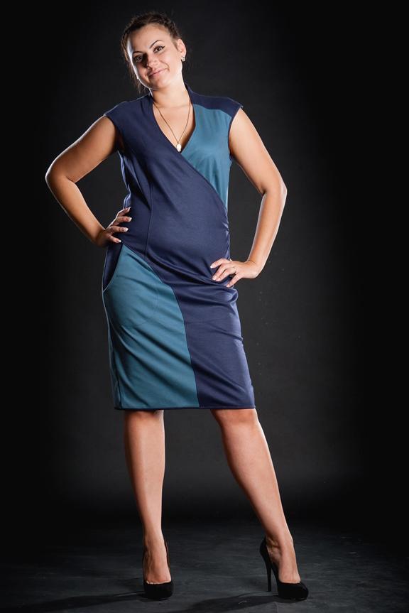 ПлатьеПлатья<br>Полуоблегающее фигуру платье из джерси европейского производства, средней длины. Эффектная комбинация двух цветов, выполнено в классическом стиле.  Можно носить в качестве сарафана с блузкой или джемпером.  Длина изделия 108 см.  Цвет: синий, голубой<br><br>По образу: Свидание,Город<br>По стилю: Повседневный стиль<br>По материалу: Вискоза,Трикотаж<br>По рисунку: Цветные<br>По сезону: Весна,Осень<br>По силуэту: Полуприталенные<br>По форме: Платье - футляр<br>По длине: До колена<br>Рукав: Без рукавов<br>Горловина: V- горловина,Запах<br>Размер: 58<br>Материал: 60% вискоза 35% полиэстер 5% лайкра<br>Количество в наличии: 1