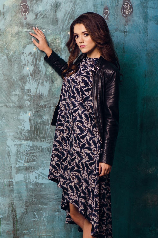 ПлатьеПлатья<br>Ультрамодное платье трапециевидного силуэта со шлейфом. Модель выполнена из приятного трикотажа. Отличный выбор для повседневного гардероба.  В изделии использованы цвета: синий, розовый  Ростовка изделия 170 см.<br><br>Горловина: С- горловина<br>По длине: До колена<br>По материалу: Вискоза,Трикотаж<br>По рисунку: С принтом,Цветные,Этнические<br>По силуэту: Свободные<br>По стилю: Кэжуал,Повседневный стиль,Ультрамодный стиль<br>По форме: Платье - трапеция<br>По элементам: С карманами,С фигурным низом,Со шлейфом<br>Рукав: Короткий рукав<br>По сезону: Осень,Весна<br>Размер : 44,46,48,50<br>Материал: Трикотаж<br>Количество в наличии: 5