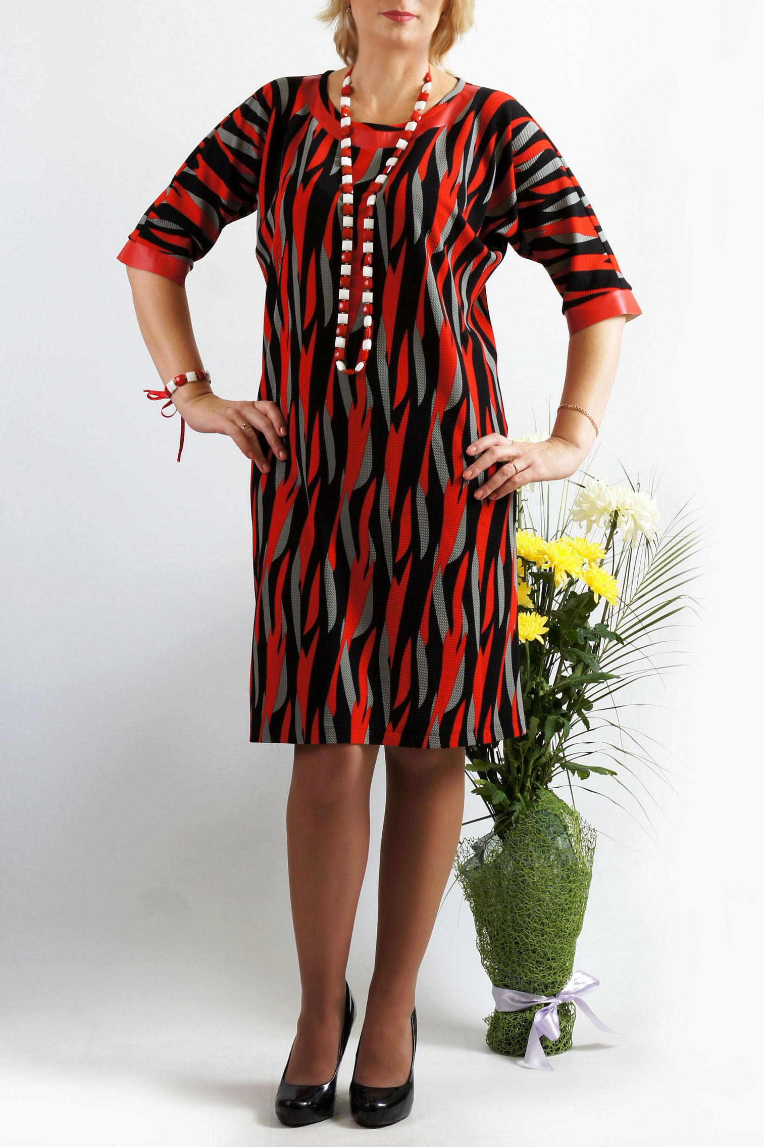 ПлатьеПлатья<br>Незаменимая вещь в Вашем гардеробе - супер комфортное платье из приятного трикотажа. Платье прямого силуэта с цельнокроеными рукавами. Рукава длиной до локтя, обработаны манжетой. Горловина расширенная, округлая, по переду обработана двойной кокеткой.  Длина около 93-96 см. в зависимости от размера  В изделии использованы цвета: красный и др.  Параметры размеров: 42 размер - обхват груди 84 см., обхват талии 64 см., обхват бедер 92 см. 44 размер - обхват груди 88 см., обхват талии 68 см., обхват бедер 96 см. 46 размер - обхват груди 92 см., обхват талии 72 см., обхват бедер 100 см. 48 размер - обхват груди 96 см., обхват талии 76 см., обхват бедер 104 см. 50 размер - обхват груди 100 см., обхват талии 80 см., обхват бедер 108 см. 52 размер - обхват груди 104 см., обхват талии 85 см., обхват бедер 112 см. 54 размер - обхват груди 108 см., обхват талии 89 см., обхват бедер 116 см. 56 размер - обхват груди 112 см., обхват талии 94 см., обхват бедер 120 см. 58 размер - обхват груди 116 см., обхват талии 100 см., обхват бедер 124 см.  Ростовка изделия 167-173 см.<br><br>Горловина: С- горловина<br>По длине: До колена<br>По материалу: Вискоза,Трикотаж<br>По рисунку: С принтом,Цветные<br>По силуэту: Полуприталенные<br>По стилю: Повседневный стиль<br>По форме: Платье - футляр<br>По элементам: С разрезом<br>Разрез: Короткий<br>Рукав: До локтя<br>По сезону: Осень,Весна,Зима<br>Размер : 50,52<br>Материал: Трикотаж<br>Количество в наличии: 2