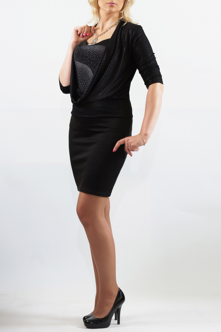 ПлатьеПлатья<br>Трикотажное платье-двойка отрезное ниже талии из холодного масла. Перед платья с шикарной глубокой качелью. Рукава длиной 3/4. В комплекте топ на тонких бретелях.   Длина до 48 размера - 90 см., после 50 размера - 95 см.  В изделии использованы цвета: черный и др.  Параметры размеров: 42 размер - обхват груди 84 см., обхват талии 64 см., обхват бедер 92 см. 44 размер - обхват груди 88 см., обхват талии 68 см., обхват бедер 96 см. 46 размер - обхват груди 92 см., обхват талии 72 см., обхват бедер 100 см. 48 размер - обхват груди 96 см., обхват талии 76 см., обхват бедер 104 см. 50 размер - обхват груди 100 см., обхват талии 80 см., обхват бедер 108 см. 52 размер - обхват груди 104 см., обхват талии 85 см., обхват бедер 112 см. 54 размер - обхват груди 108 см., обхват талии 89 см., обхват бедер 116 см. 56 размер - обхват груди 112 см., обхват талии 94 см., обхват бедер 120 см. 58 размер - обхват груди 116 см., обхват талии 100 см., обхват бедер 124 см.  Ростовка изделия 167-173 см.<br><br>Горловина: Качель,С- горловина<br>По длине: До колена<br>По материалу: Трикотаж<br>По рисунку: Цветные<br>По сезону: Весна,Зима,Лето,Осень,Всесезон<br>По силуэту: Приталенные<br>По стилю: Нарядный стиль,Повседневный стиль<br>По форме: Платье - футляр<br>Рукав: Рукав три четверти<br>Размер : 46,48,52<br>Материал: Холодное масло<br>Количество в наличии: 3