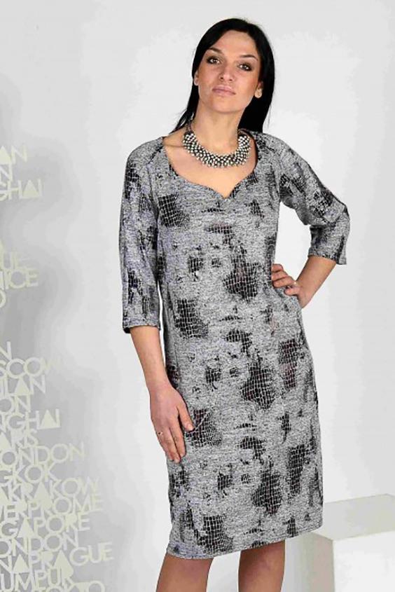 ПлатьеПлатья<br>Комфортное платье свободного силуэта, прекрасно подойдет для всех случаев жизни. Оригинальная ткань - лаковое теснение на мягком меланжевом трикотаже.  Рукав-реглан длиной 3/4 - самый удобный в эксплуатации. Изюминка модели - фигурный вырез quot;сердечкомquot; -  отлично подойдет для любительниц открывать зону декольте, который конечно же придаст образу кокетства.  Длина изделия около 101 см.  Цвет: серый, черный, белый<br><br>По длине: Ниже колена<br>По материалу: Вискоза,Трикотаж<br>По рисунку: Рептилия,С принтом,Цветные<br>По сезону: Весна,Осень,Зима<br>По силуэту: Полуприталенные<br>По стилю: Повседневный стиль<br>По форме: Платье - футляр<br>Рукав: Рукав три четверти<br>Горловина: Фигурная горловина<br>Размер : 50,52,58<br>Материал: Трикотаж<br>Количество в наличии: 5