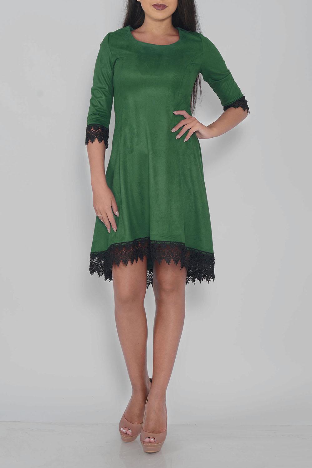 ПлатьеПлатья<br>Интересное платье с небольшим шлейфом. Модель выполнена из замши с гипюровой отделкой. Отличный выбор для любого случая.  Цвет: зеленый, черный  Ростовка изделия 170 см<br><br>Горловина: С- горловина<br>По длине: До колена<br>По материалу: Гипюр,Замша<br>По образу: Город,Свидание<br>По рисунку: Однотонные<br>По силуэту: Полуприталенные<br>По стилю: Повседневный стиль<br>По форме: Платье - трапеция<br>По элементам: С фигурным низом<br>Рукав: Рукав три четверти<br>По сезону: Осень,Весна<br>Размер : 42,44,46,48<br>Материал: Искусственная замша<br>Количество в наличии: 3