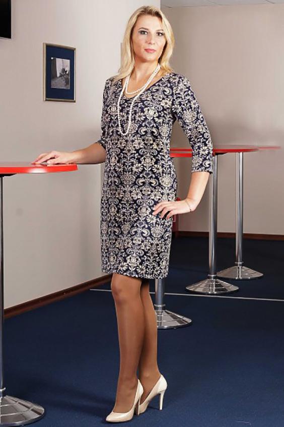 ПлатьеПлатья<br>Платье из тонкого трикотажа полуприлегающего силуэта чуть расширенное от бедра. Перед с нагрудной вытачкой из бокового шва. Спинка со средним швом.  Горловина неглубокая, V-образная. Рукава втачные, длиной 3/4.   Длина изделия до 50 размера - 95 см., после 50 размера - 100 см.   Цвет: синий, белый<br><br>Горловина: V- горловина<br>По длине: До колена<br>По материалу: Вискоза,Трикотаж<br>По образу: Город,Свидание<br>По рисунку: Абстракция,С принтом,Цветные<br>По силуэту: Полуприталенные<br>По стилю: Повседневный стиль<br>По форме: Платье - футляр<br>Рукав: Рукав три четверти<br>По сезону: Осень,Весна<br>Размер : 46,48,50,52,54,56<br>Материал: Трикотаж<br>Количество в наличии: 16