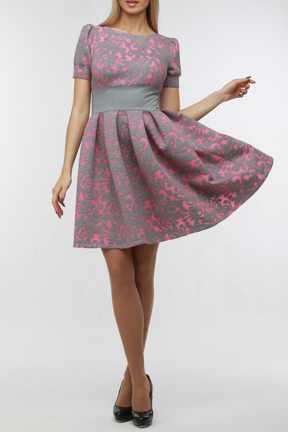 ПлатьеПлатья<br>Очаровательное легкое платье из комфортного двухслойного трикотажа с оригинальным орнаментом, хорошо держащего форму. Короткий рукав на манжете, талия подчеркнута однотонной деталью. На спинке молния 50 см. Пышная юбка со складками.  В изделии использованы цвета: серый, розовый  Рост девушки-фотомодели 176 см<br><br>Горловина: С- горловина<br>По длине: До колена<br>По материалу: Трикотаж<br>По рисунку: С принтом,Фактурный рисунок,Цветные<br>По сезону: Лето,Осень,Весна<br>По силуэту: Приталенные<br>По стилю: Повседневный стиль<br>По форме: Платье - трапеция<br>По элементам: С манжетами<br>Рукав: Короткий рукав<br>Размер : 42,46,48,50<br>Материал: Трикотаж<br>Количество в наличии: 6