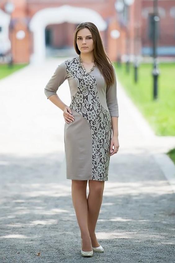 ПлатьеПлатья<br>Элегантное вечернее платье с V-образным вырезом и рукавом 3/4. Изюминка платья - широкая живописная вставка полочки, сбегающая волной от плеча к низу и украшенная наложенным поверх трикотажа гипюром.   Длина изделия до 48 размера - 98 см., после 50 размера - 103 см.   Цвет: бежевый, белый<br><br>Горловина: V- горловина<br>По длине: До колена<br>По материалу: Вискоза,Гипюр,Трикотаж<br>По рисунку: Растительные мотивы,Фактурный рисунок,Цветные,Цветочные,С принтом<br>По сезону: Весна,Осень,Зима,Лето,Всесезон<br>По силуэту: Приталенные<br>По стилю: Нарядный стиль,Повседневный стиль,Романтический стиль<br>По форме: Платье - футляр<br>Рукав: Рукав три четверти<br>По элементам: С декором<br>Размер : 46,48,50,52,54<br>Материал: Джерси + Гипюр<br>Количество в наличии: 5