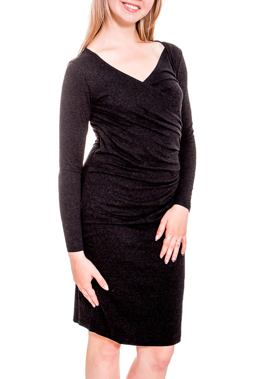 ПлатьеПлатья<br>Платье с эффектом запаха из мягкой эластичной ткани. Красивая драпировка выгодно подчеркивает достоинства фигуры, делая образ женственным и романтичным. Меняя аксессуары, можно из повседневного платья сделать праздничный наряд.  Цвет: темно-серый  Рост девушки-фотомодели 170 см<br><br>Горловина: V- горловина,Запах<br>По длине: До колена<br>По материалу: Трикотаж,Хлопок<br>По рисунку: Однотонные<br>По силуэту: Приталенные<br>По стилю: Повседневный стиль<br>По форме: Платье - футляр<br>По элементам: Со складками<br>Рукав: Длинный рукав<br>По сезону: Осень,Весна,Зима<br>Размер : 40-42,44,46-48,50<br>Материал: Трикотаж<br>Количество в наличии: 10