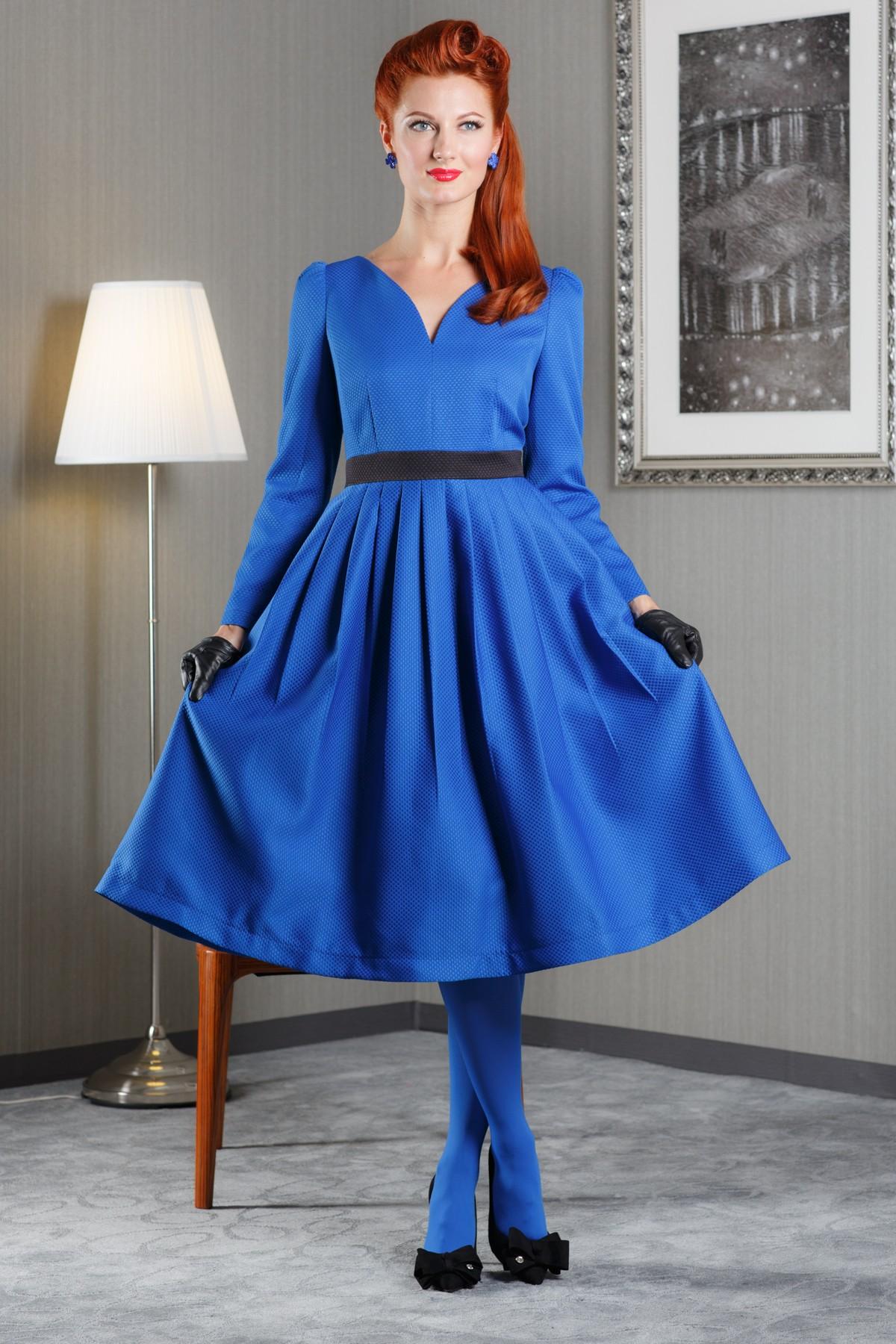ПлатьеПлатья<br>Женское платье с V-образной горловиной и длинными рукавами. Модель выполнена из плотного материала. Отличный выбор для повседневного и делового гардероба.  Цвет: синий с черным<br><br>Горловина: V- горловина,Фигурная горловина<br>По материалу: Вискоза,Тканевые,Жаккард<br>По образу: Город,Свидание<br>По рисунку: Однотонные<br>По сезону: Весна,Осень<br>По силуэту: Полуприталенные<br>По стилю: Молодежный стиль,Повседневный стиль<br>По длине: Ниже колена<br>По форме: Беби - долл<br>По элементам: Со складками<br>Рукав: Длинный рукав<br>Размер : 48<br>Материал: Жаккард<br>Количество в наличии: 1