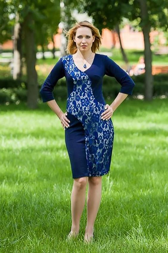 ПлатьеПлатья<br>Элегантное вечернее платье с V-образным вырезом и рукавом 3/4. Изюминка платья - широкая живописная вставка полочки, сбегающая волной от плеча к низу и украшенная наложенным поверх трикотажа гипюром.   Длина изделия до 48 размера - 98 см., после 50 размера - 103 см.   Цвет: синий, белый<br><br>Горловина: V- горловина<br>По длине: До колена<br>По материалу: Вискоза,Гипюр,Трикотаж<br>По образу: Свидание<br>По рисунку: Цветные,Цветочные,С принтом<br>По сезону: Весна,Всесезон,Зима,Лето,Осень<br>По силуэту: Приталенные<br>По стилю: Нарядный стиль,Повседневный стиль<br>По форме: Платье - футляр<br>Рукав: Рукав три четверти<br>Размер : 46,48,50<br>Материал: Джерси + Гипюр<br>Количество в наличии: 3