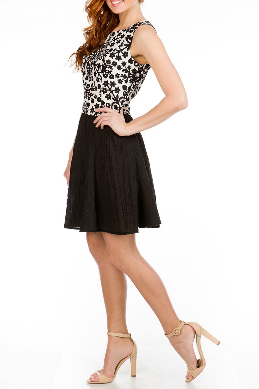ПлатьеПлатья<br>Интересное женское платье с круглой горловиной. Модель выполнена из хлопкового материала. Отличный выбор для любого случая.   Цвет: черный, белый<br><br>Горловина: С- горловина<br>По длине: До колена<br>По материалу: Хлопок<br>По рисунку: Цветные,С принтом<br>По стилю: Повседневный стиль,Летний стиль<br>Рукав: Без рукавов<br>По сезону: Лето<br>По силуэту: Приталенные<br>По форме: Платье - трапеция<br>Размер : 42,44,46,48<br>Материал: Хлопок<br>Количество в наличии: 6