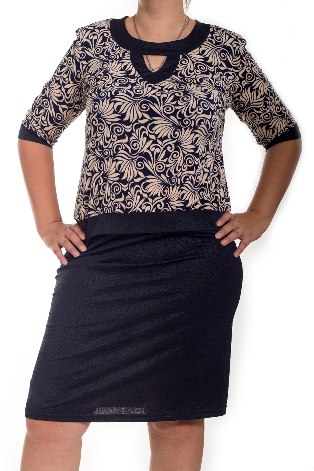 ПлатьеПлатья<br>Замечательное женское платье с круглой горловиной, декоративной капелькой и рукавами 3/4. Модель выполнена из приятного трикотажа. Отличный выбор для повседневного гардероба.  В изделии использованы цвета: синий, бежевый  Ростовка изделия 170 см.<br><br>Горловина: С- горловина<br>По длине: До колена<br>По материалу: Вискоза,Трикотаж<br>По рисунку: С принтом,Цветные<br>По силуэту: Приталенные<br>По стилю: Повседневный стиль<br>По форме: Платье - футляр<br>Рукав: Рукав три четверти<br>По сезону: Осень,Весна<br>Размер : 50,60<br>Материал: Холодное масло<br>Количество в наличии: 2